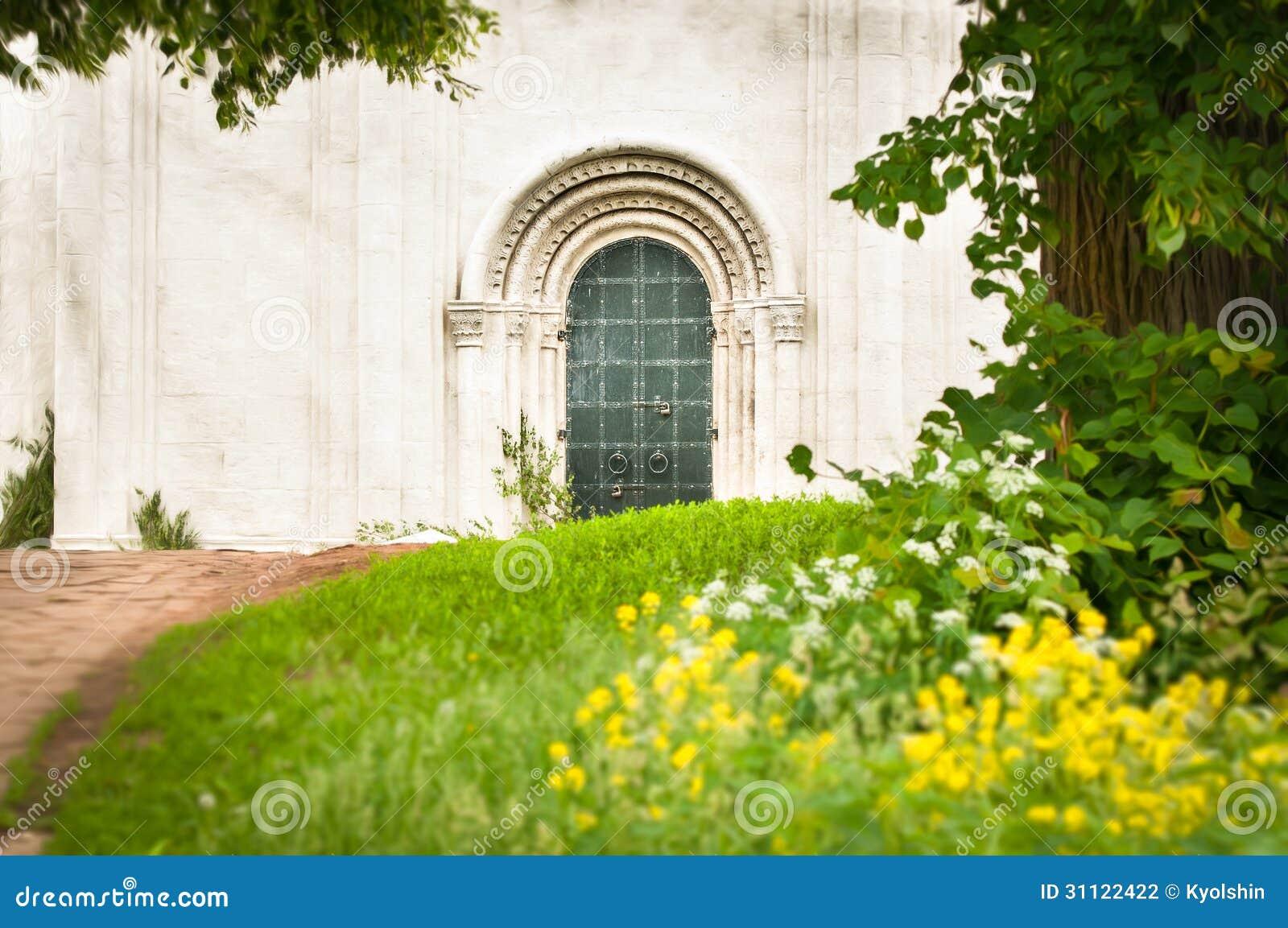 Weg van groen bos aan ingang van de bouw stock fotografie afbeelding 31122422 - Muur van de ingang ...