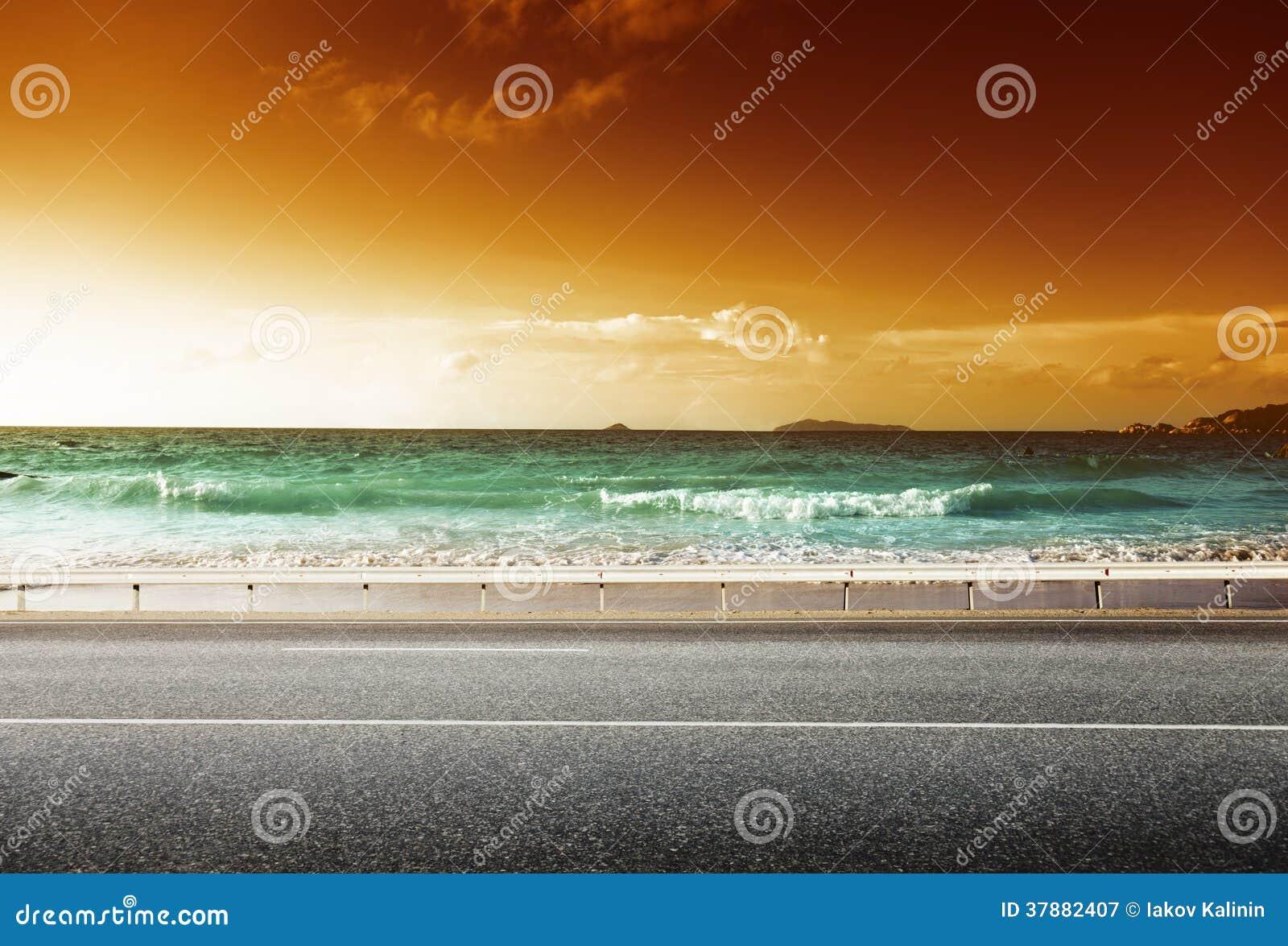 Weg in zonsondergangtijd