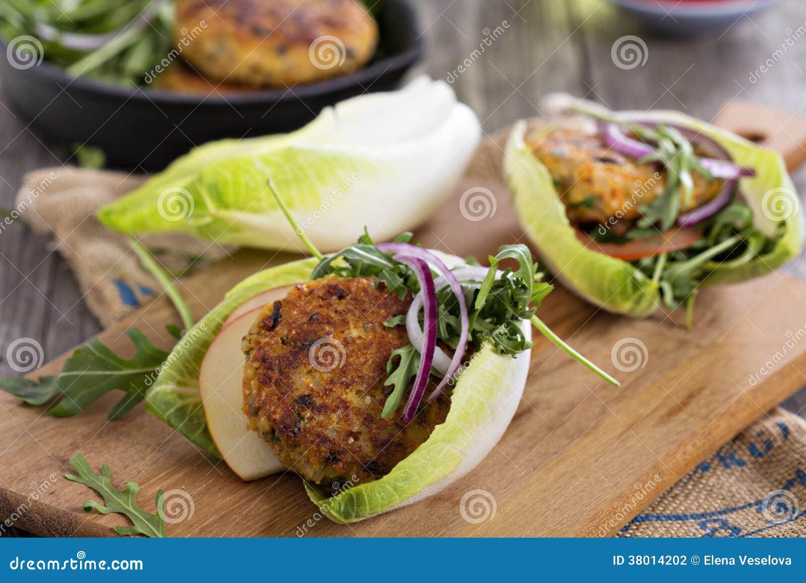 Weganinów hamburgery z quinoa i warzywami