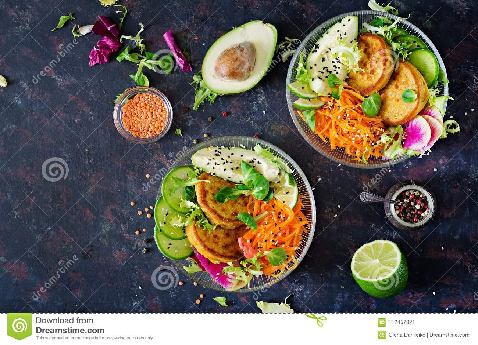Weganinu Buddha pucharu jedzenia obiadowy stół zdrowa żywność Zdrowy weganinu lunchu puchar Fritter z soczewicami i rzodkwią, avo