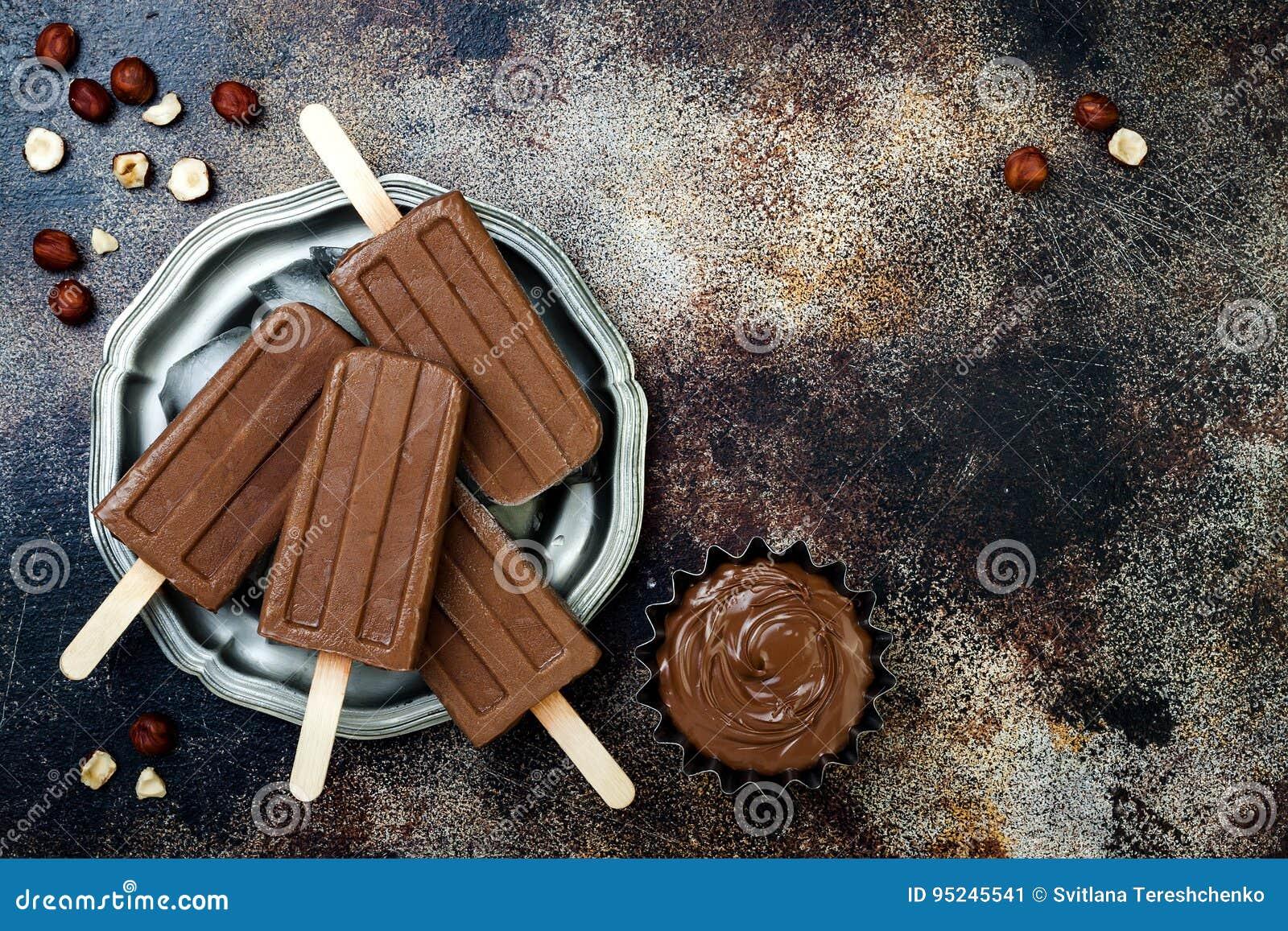 Weganinu czekoladowego fudge bananowi popsicles z domowej roboty hazelnut rozszerzaniem się Śmietankowego nabiału bezpłatni lodow