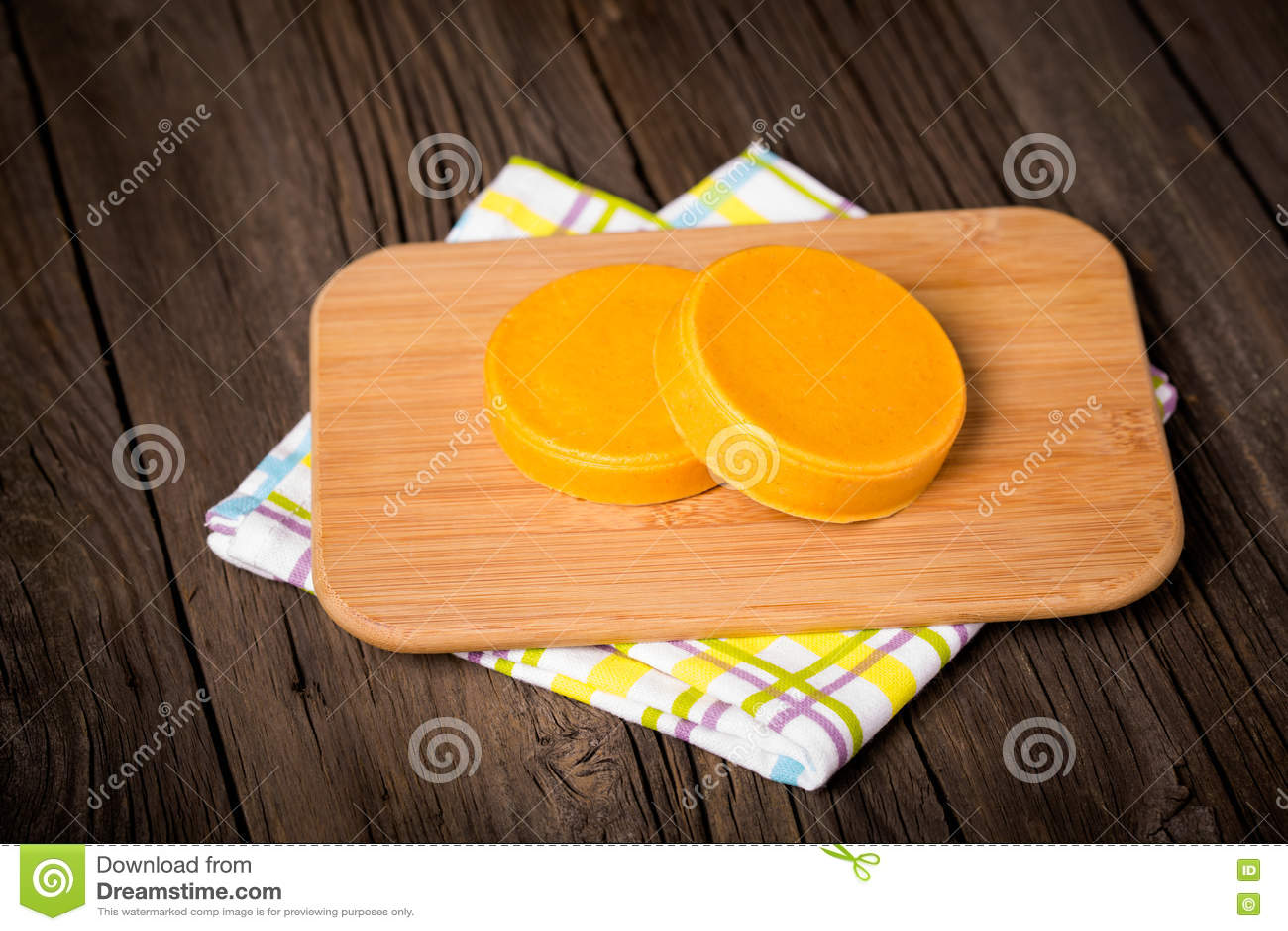 Weganinu diy domowej roboty żółty ser
