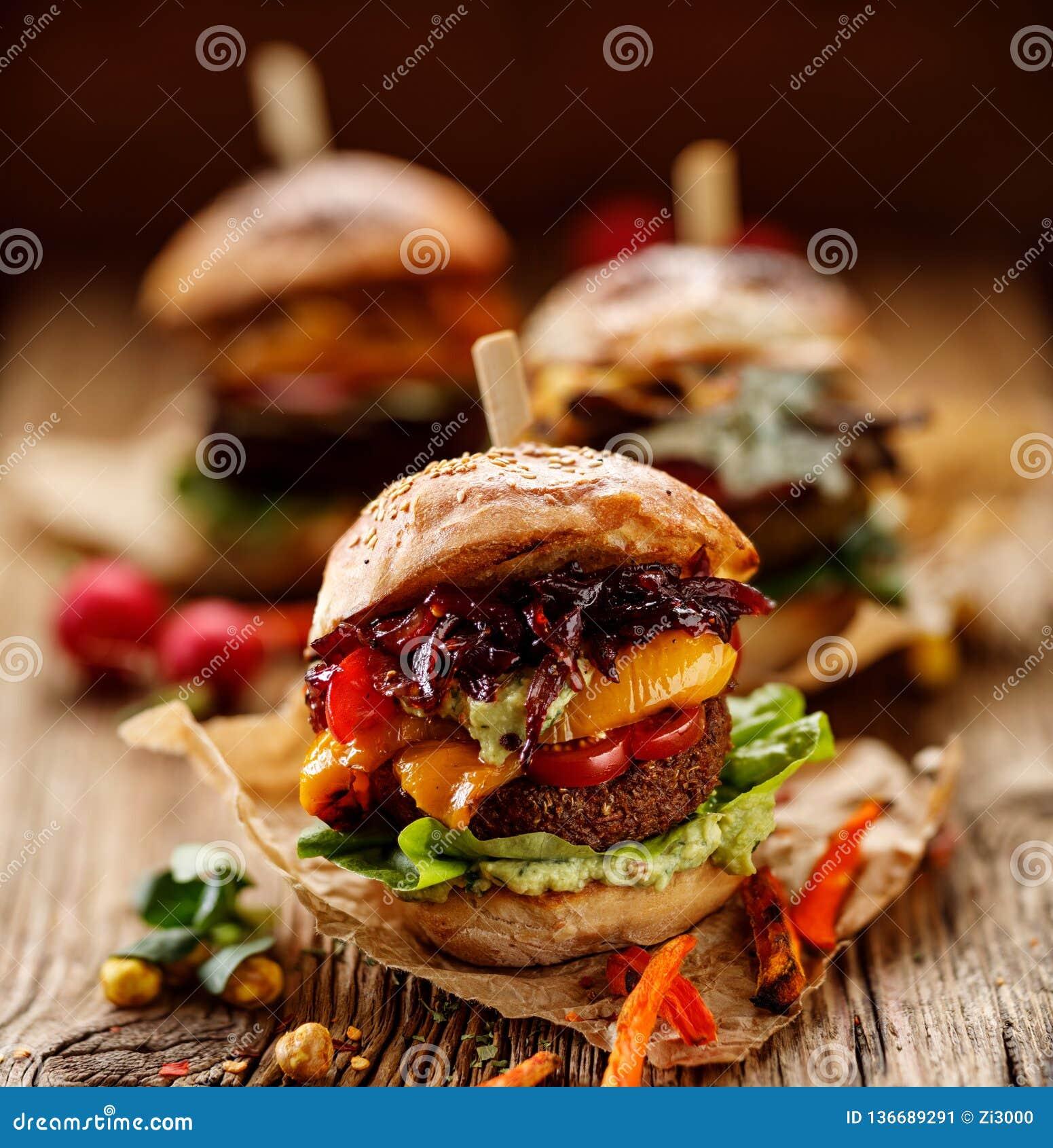 Weganinu hamburger, marchwiany hamburger, domowej roboty hamburger z marchwianym cutlet, piec na grillu dzwonkowy pieprz, czereśn