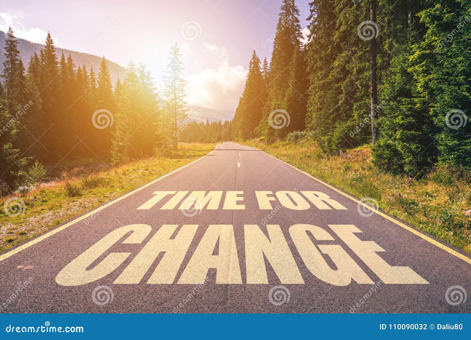 Wegconcept - tijd voor verandering, beeld van een weg aan de horizon w