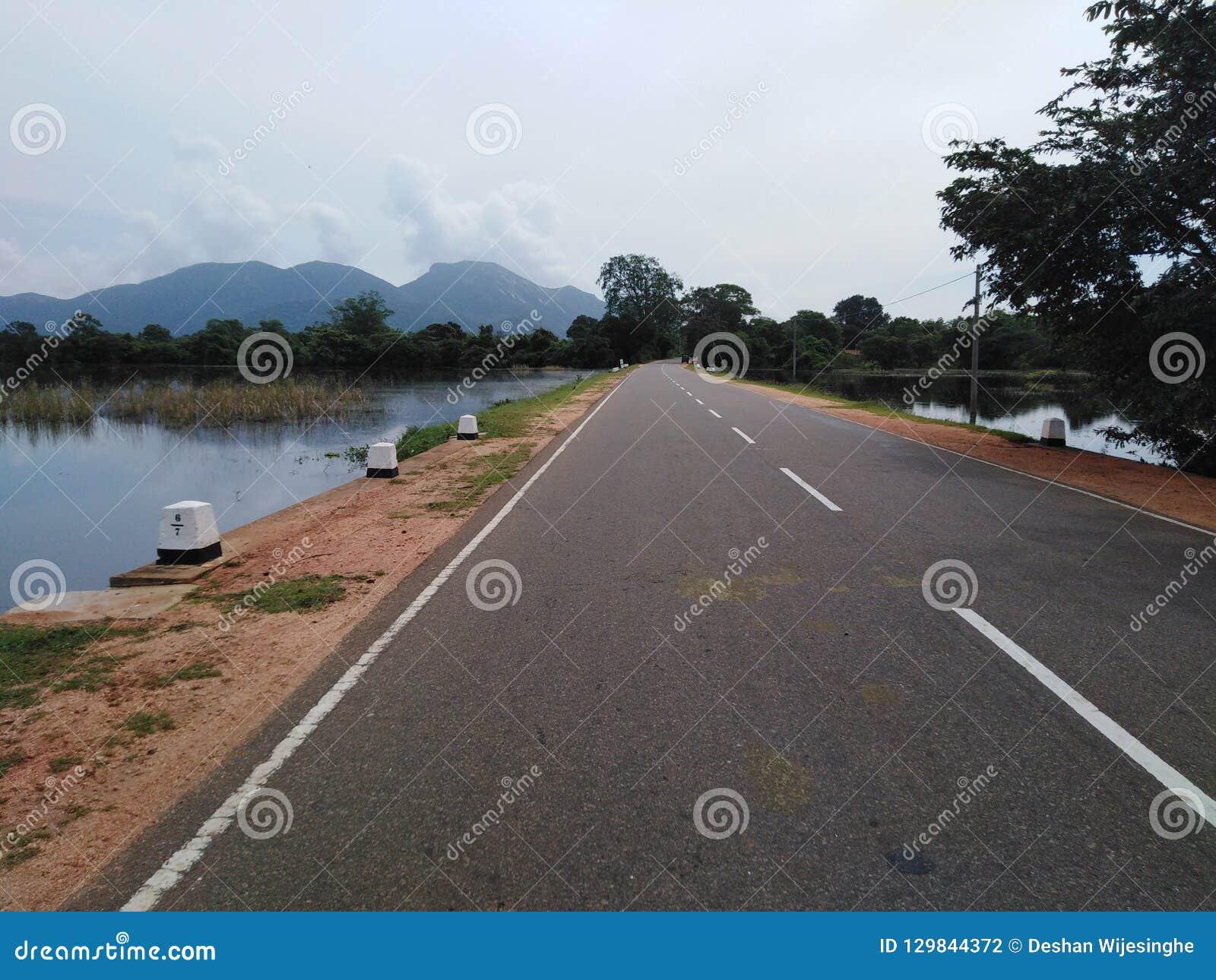 Wegen dichtbij berg en meer weg tussen water in werking dat wordt gesteld dat