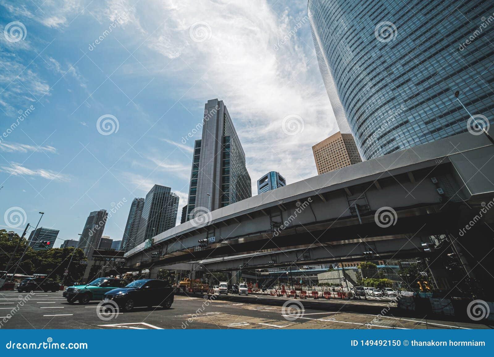 Wegen en lange gebouwen in Tokyo
