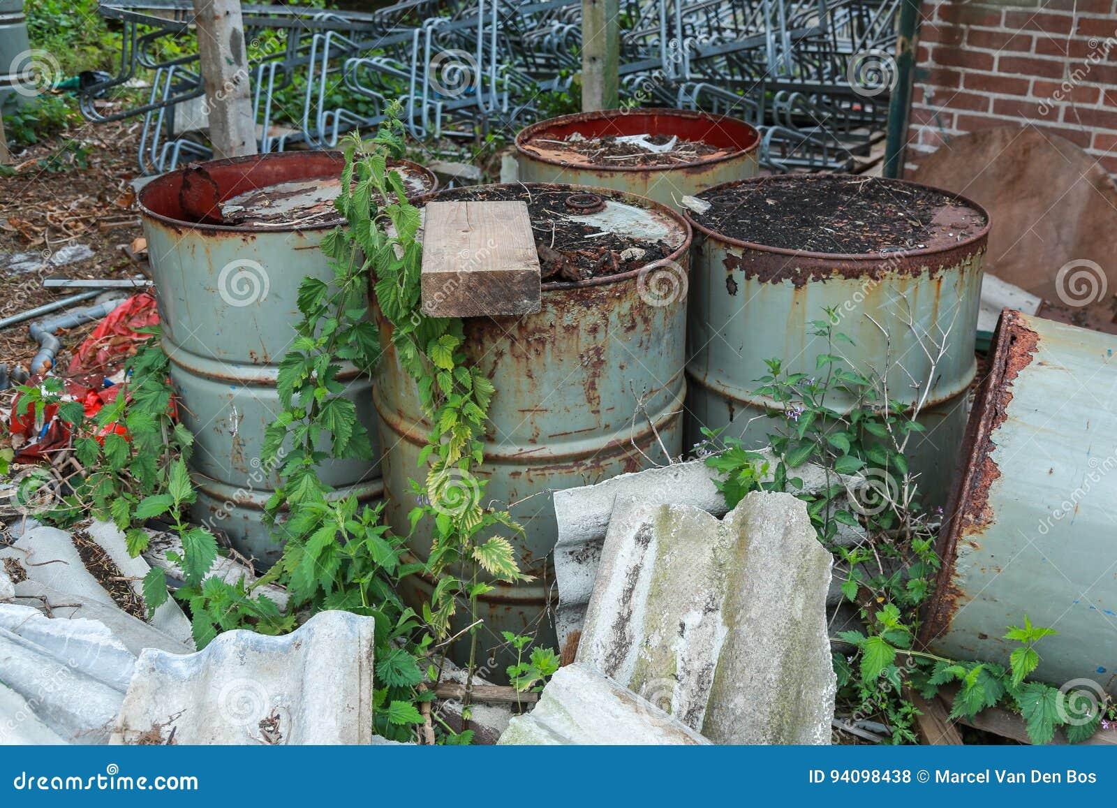 Weggeworfene und verrostete Ölfassverschmutzung