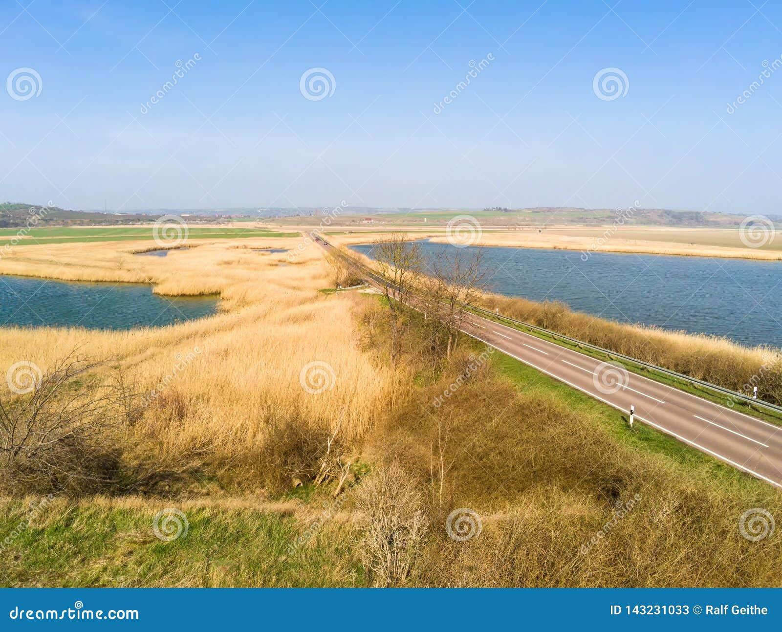 Weglood in de afstand tussen twee meren