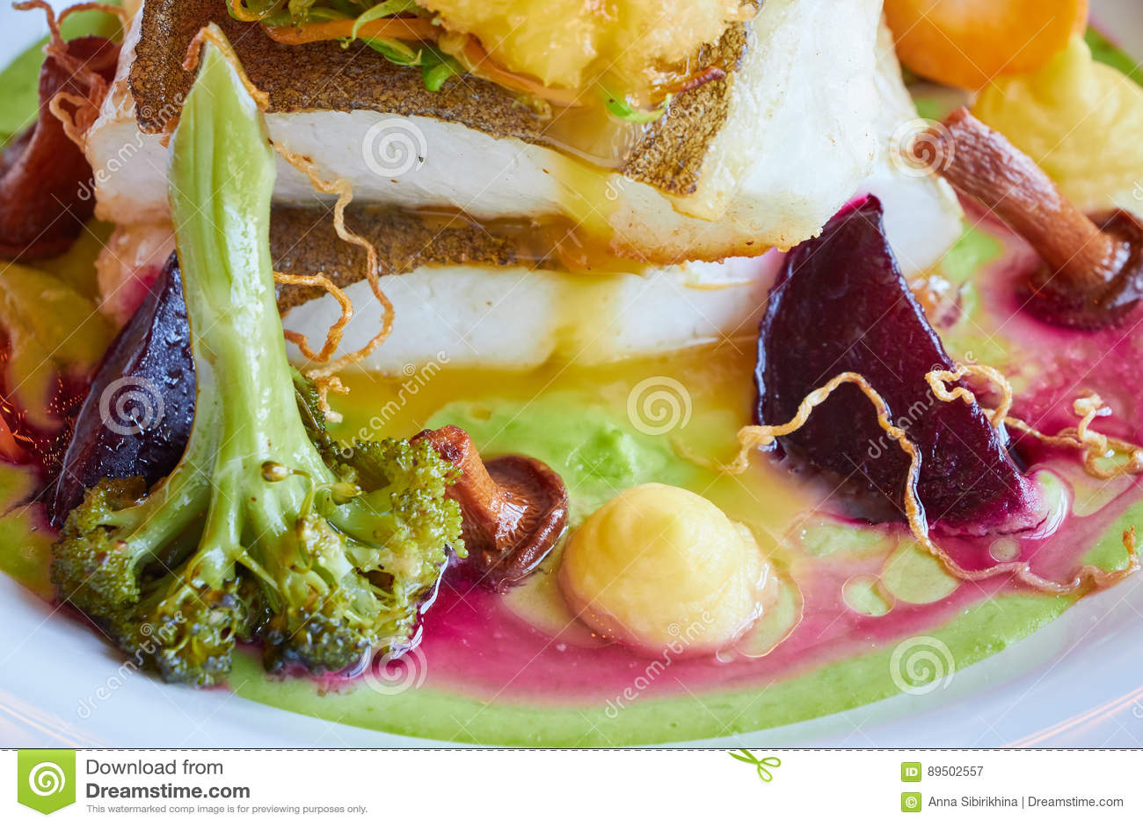 Weiß dämpfte Pikeperchfische in der grünen Pestosoße mit Gemüse für dämpfenden Brokkoli, Karotten, rote Rüben, Pilze, Kartoffelpü