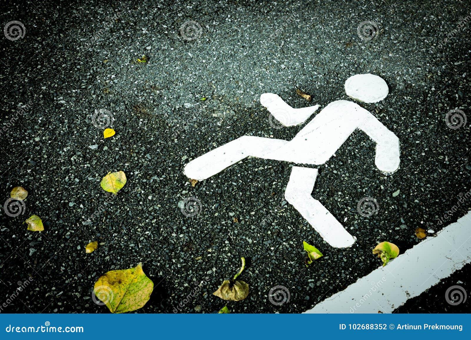 Weiß gemaltes Zeichen auf Asphalt Fußgängerweg und Gelbe trocknen Blätter