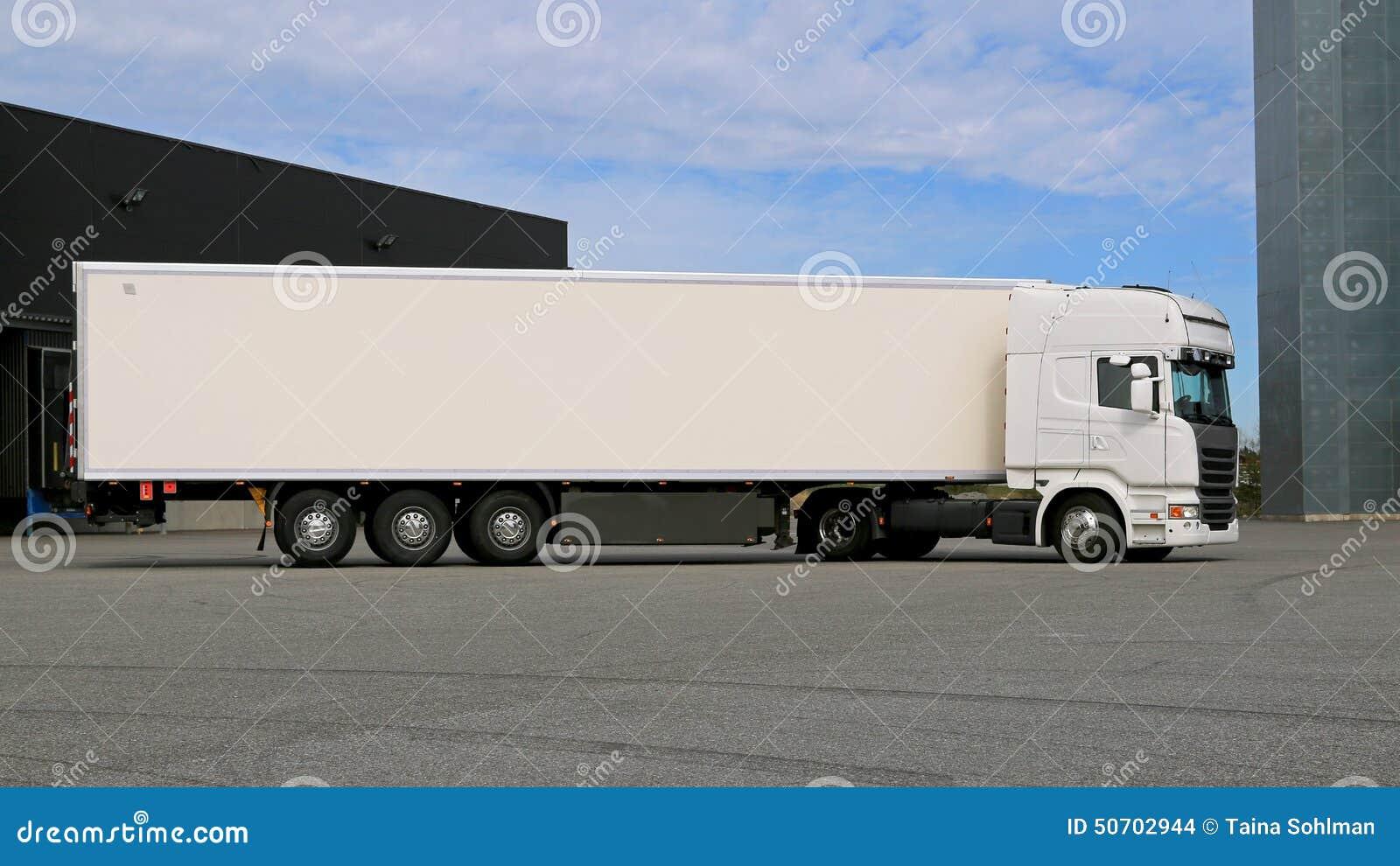 Weiß-halb Anhänger-LKW Auf Einem Lager-Yard Stockfoto - Bild von ...