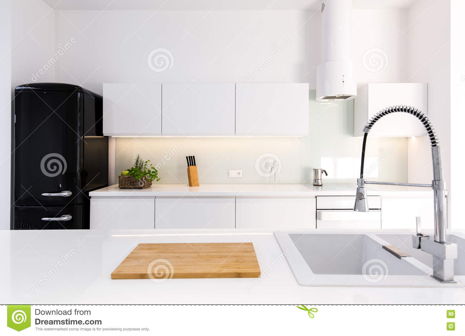 Kühlschrank Retro Schwarz : Weiß lackküche und schwarzer retro kühlschrank stockbild bild