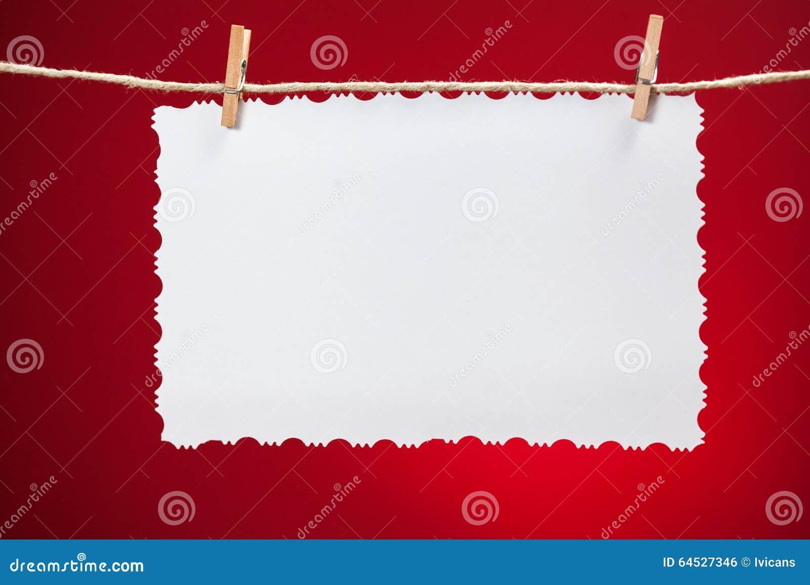 Weißbuch der leeren Weinlese über rotem Hintergrund