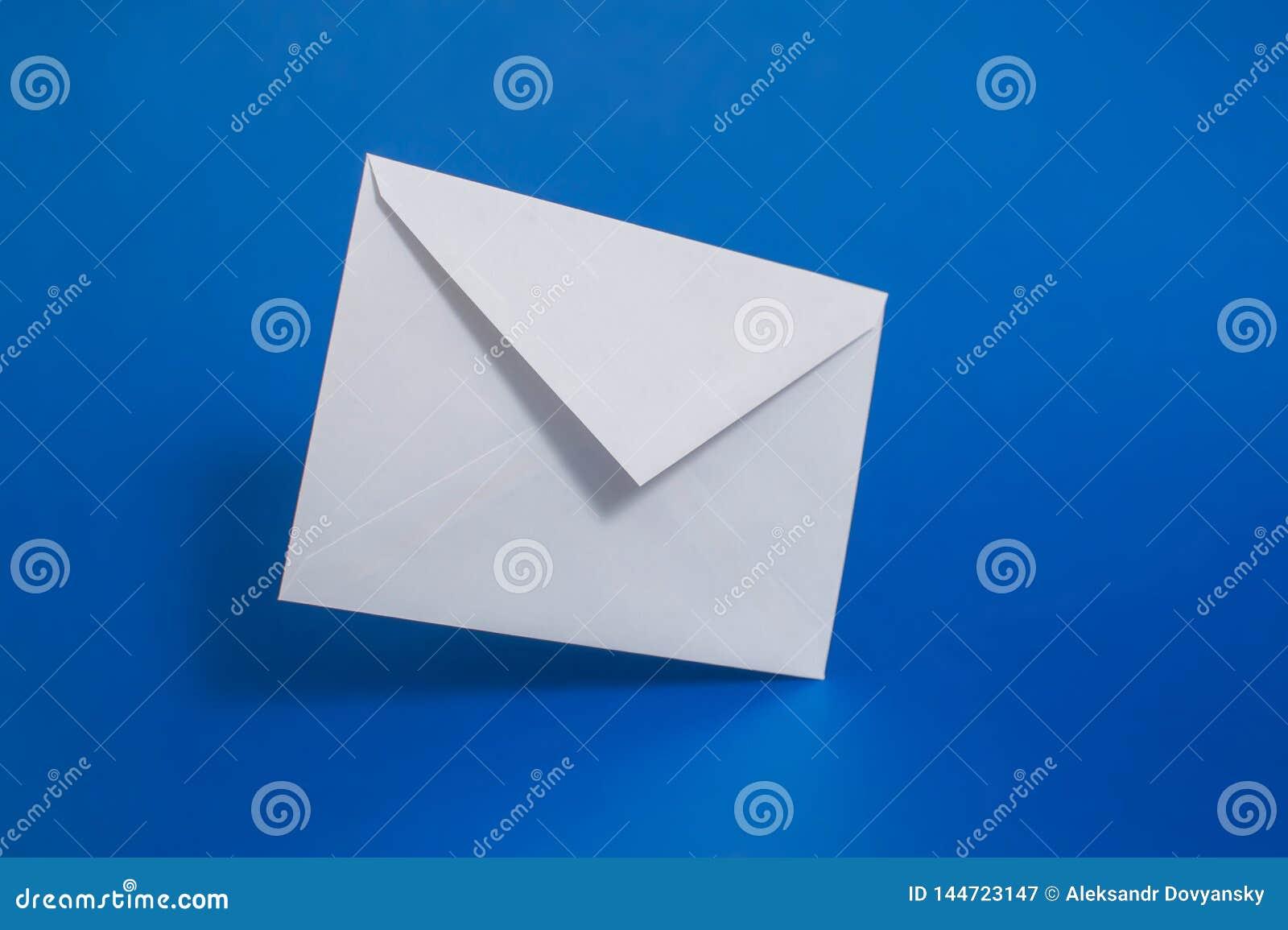 Weißbuchumschlag des freien Raumes auf blauem Hintergrund