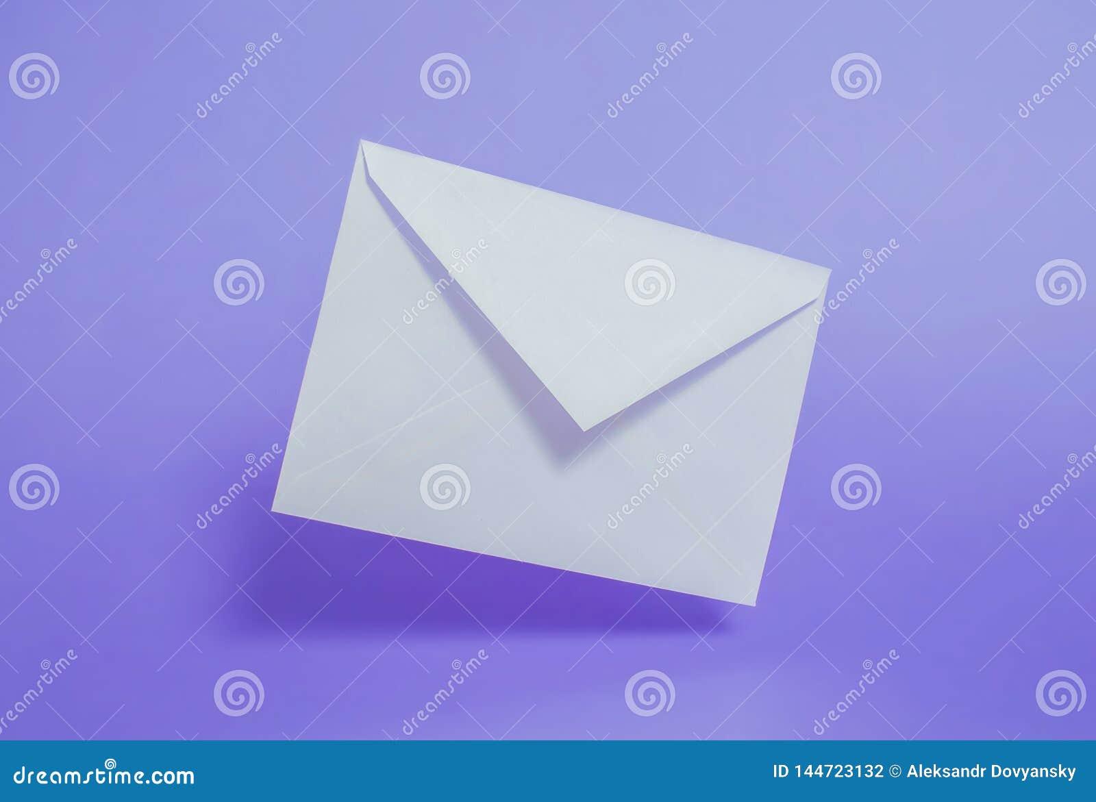 Weißbuchumschlag des freien Raumes auf einem purpurroten Hintergrund
