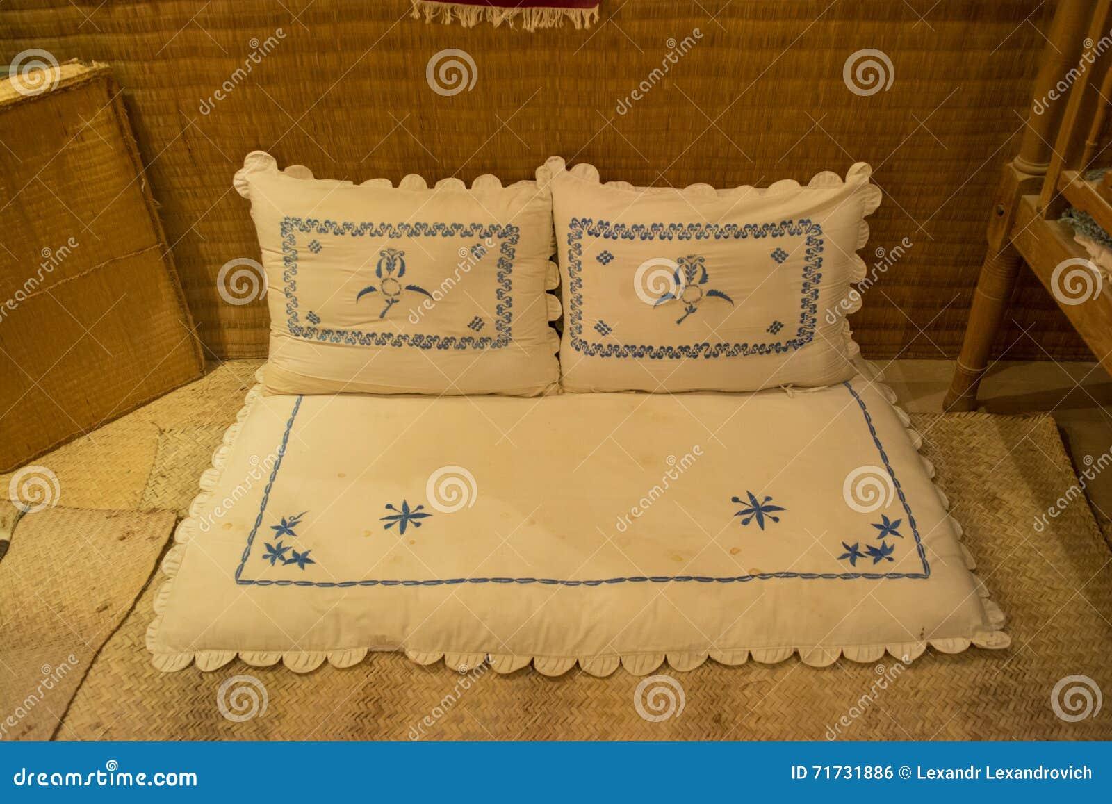 Weiße Alte Arabische Kissen Im Arabischen Schlafzimmer Stockfoto ...