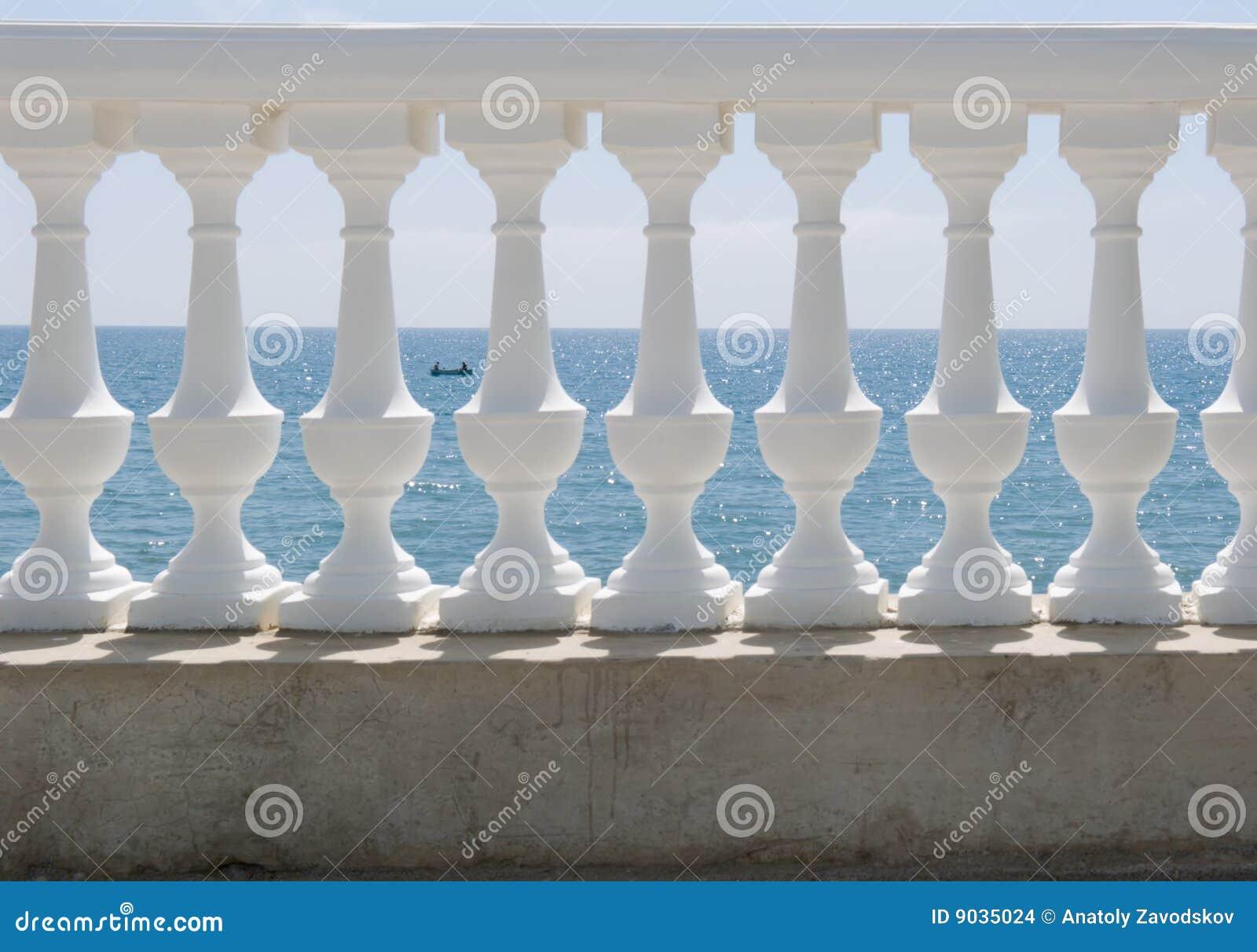 Weiße Balustrade