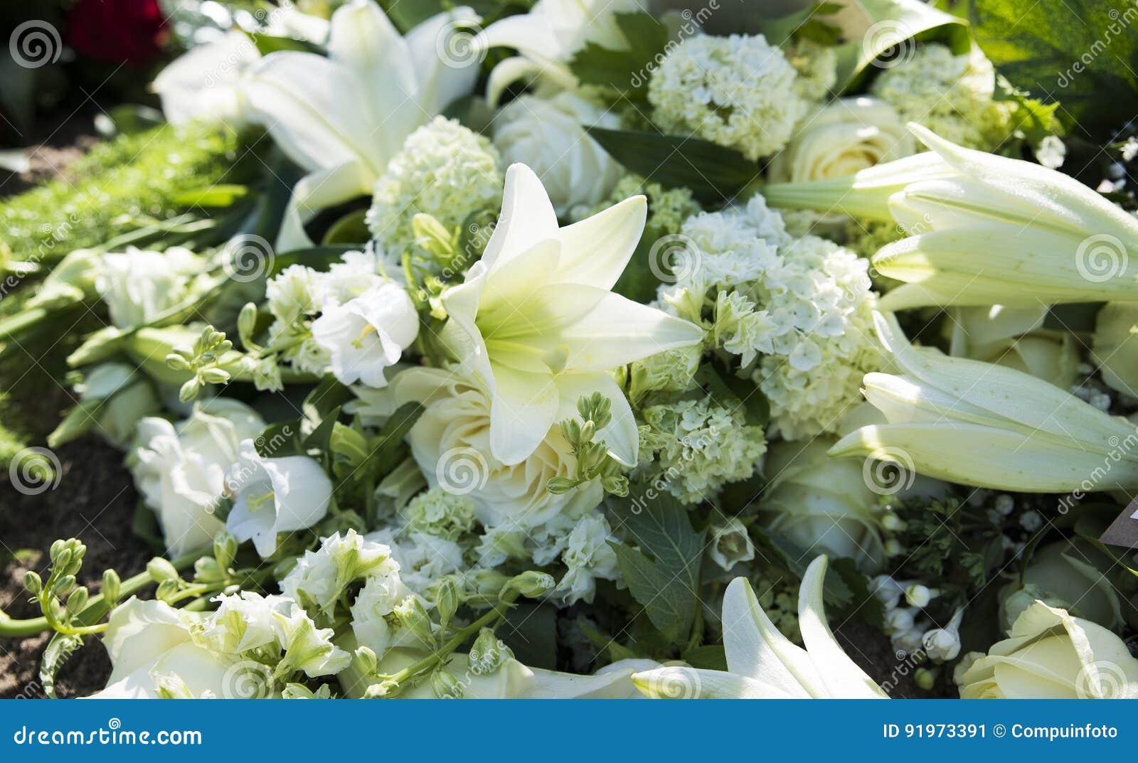 Weisse Begrabnis Blumen Stockbild Bild Von Blumen Verlust 91973391