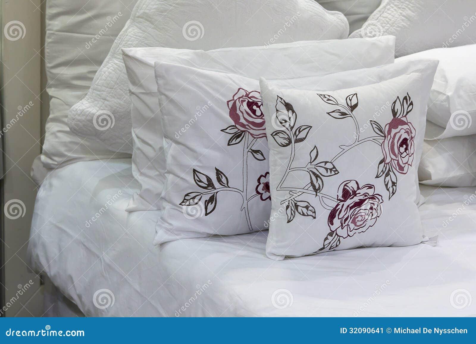 wei e bettw sche vereinbart ordentlich auf wei en bl ttern. Black Bedroom Furniture Sets. Home Design Ideas
