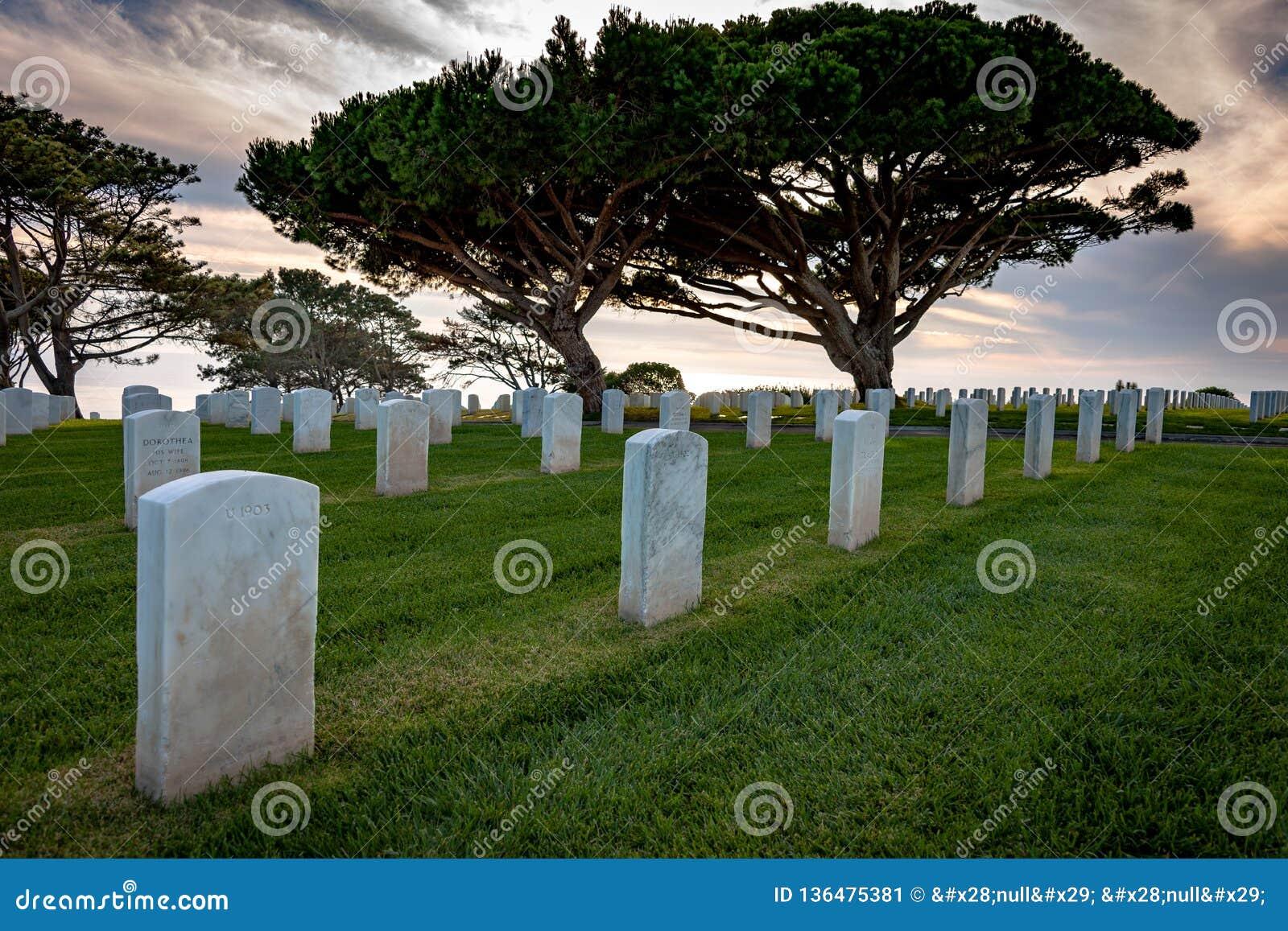 Weiße ernste Marmorierungmarkierungen im Militärfriedhof