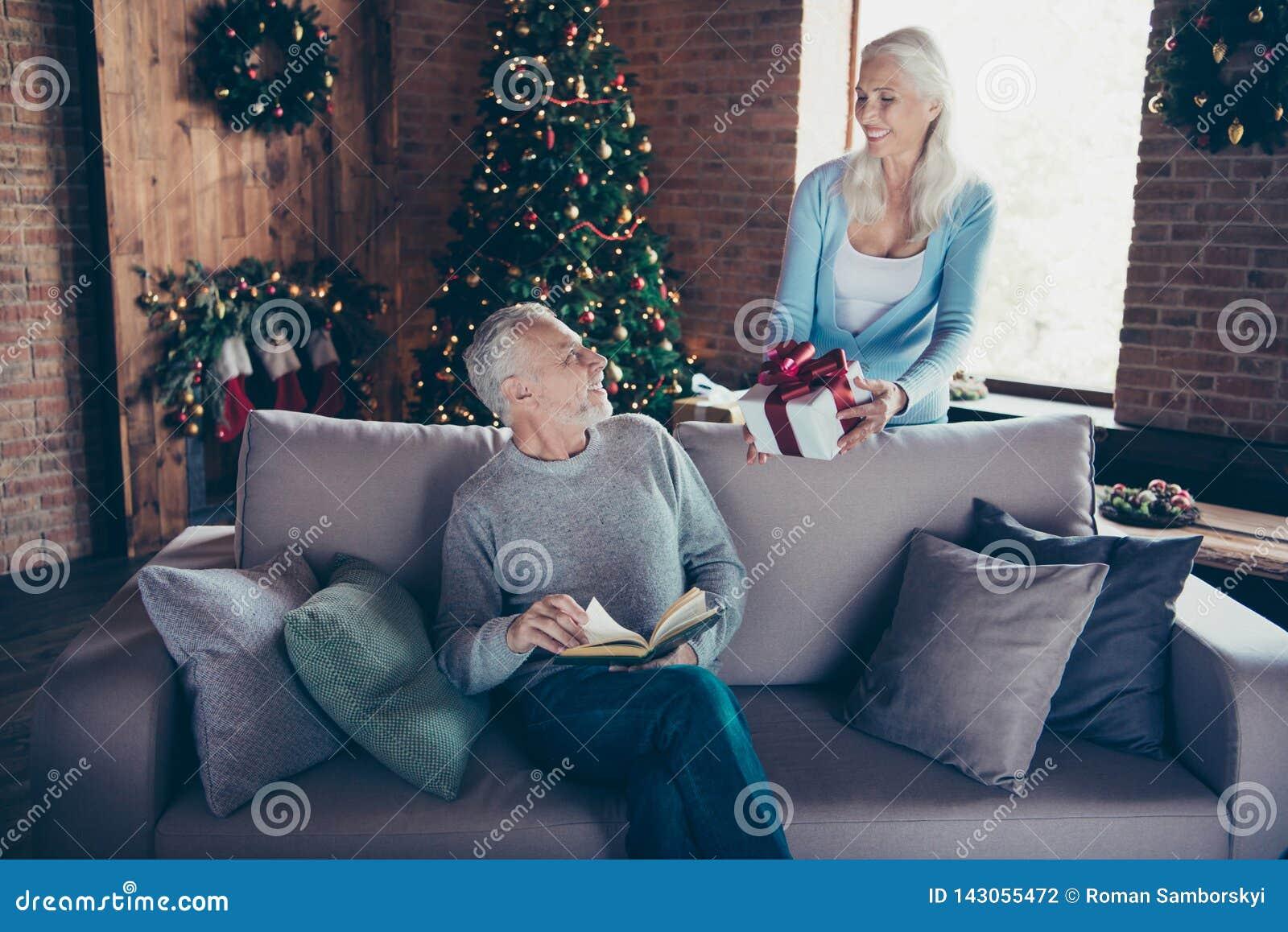Weiße Frau der schönen reizend grau-haarigen Oma, welche die Behandlung gibt