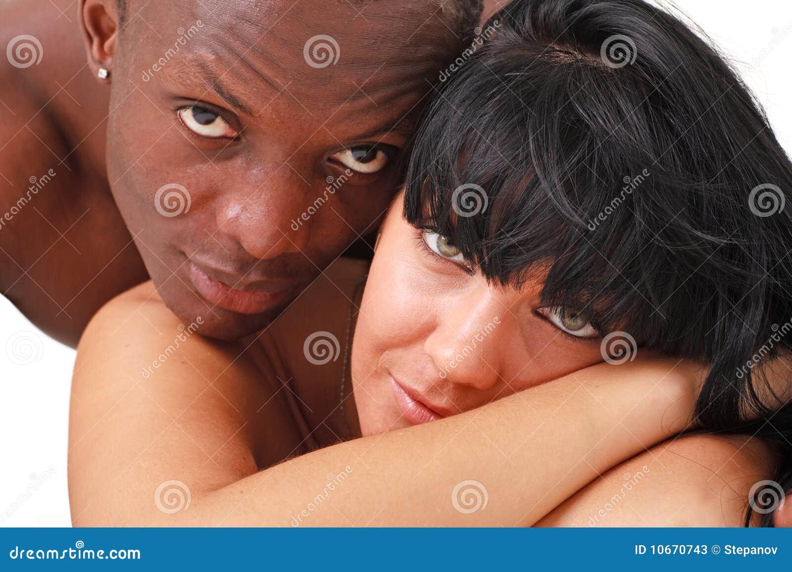schwarzer Mann und weiße Frau küssen