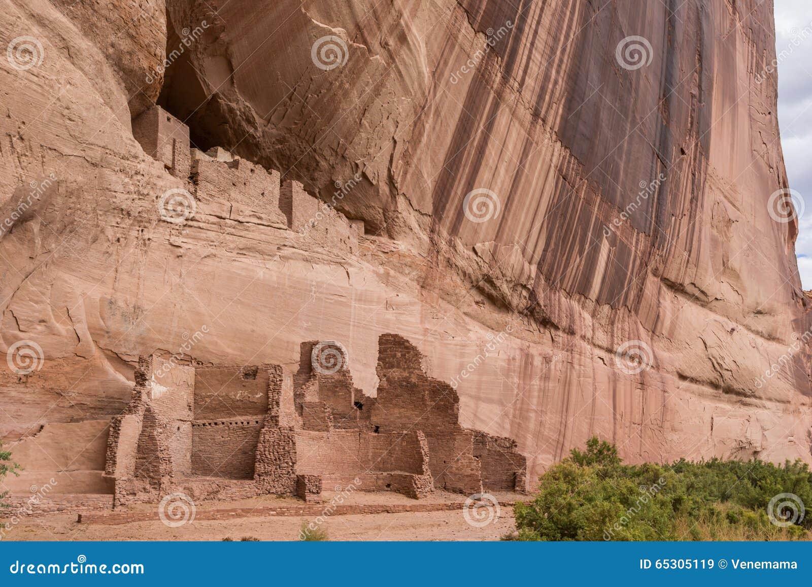 Weiße Hausruinen in Nationaldenkmal Canyon de Chelly