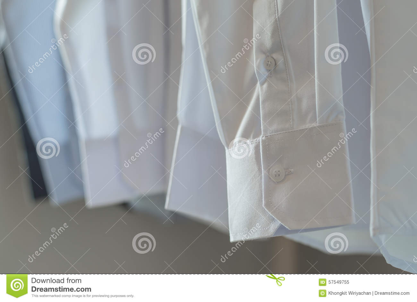 competitive price 1d3b5 b13e0 Weiße Hemden, Die Am Gestell Hängen Stockbild - Bild von ...