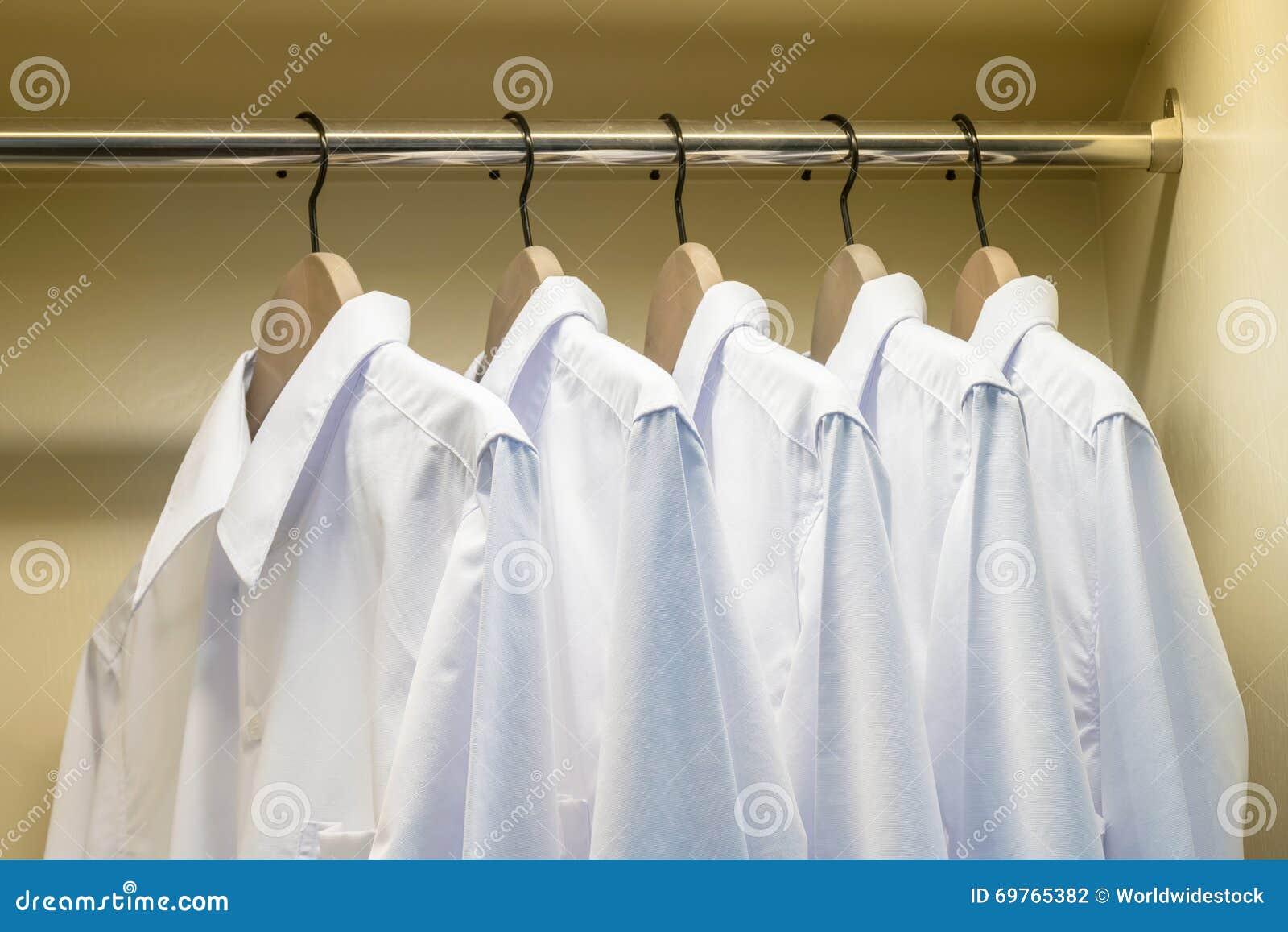 Weiße Hemden, Die Am Kleiderbügel In Der Garderobe Hängen ...
