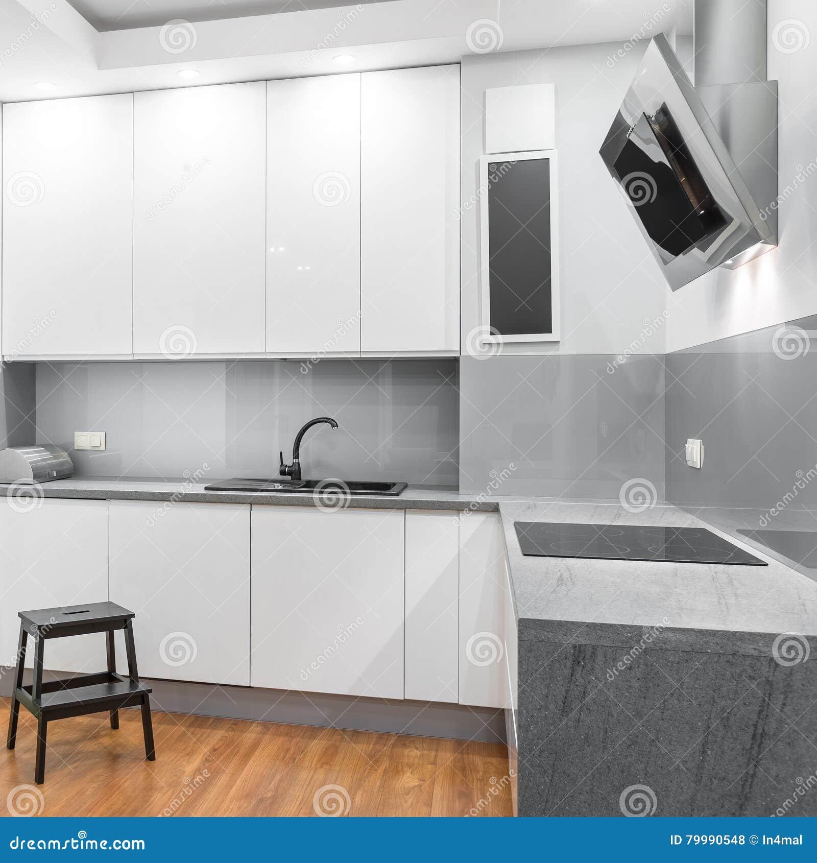Weiße Hochglanzküche stockfoto. Bild von möbel, absaugventilator ...