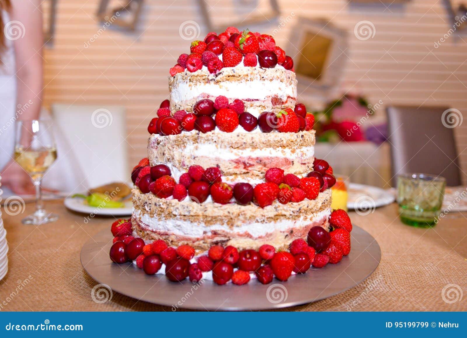 Weisse Hochzeitstorte Mit Erdbeeren Und Himbeeren Stockbild Bild