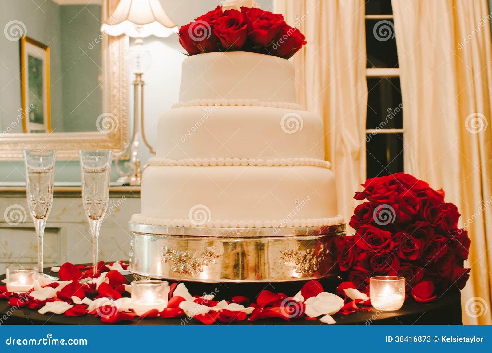 Weisse Hochzeitstorte Mit Roten Rosen Stockbild Bild Von Kerzen