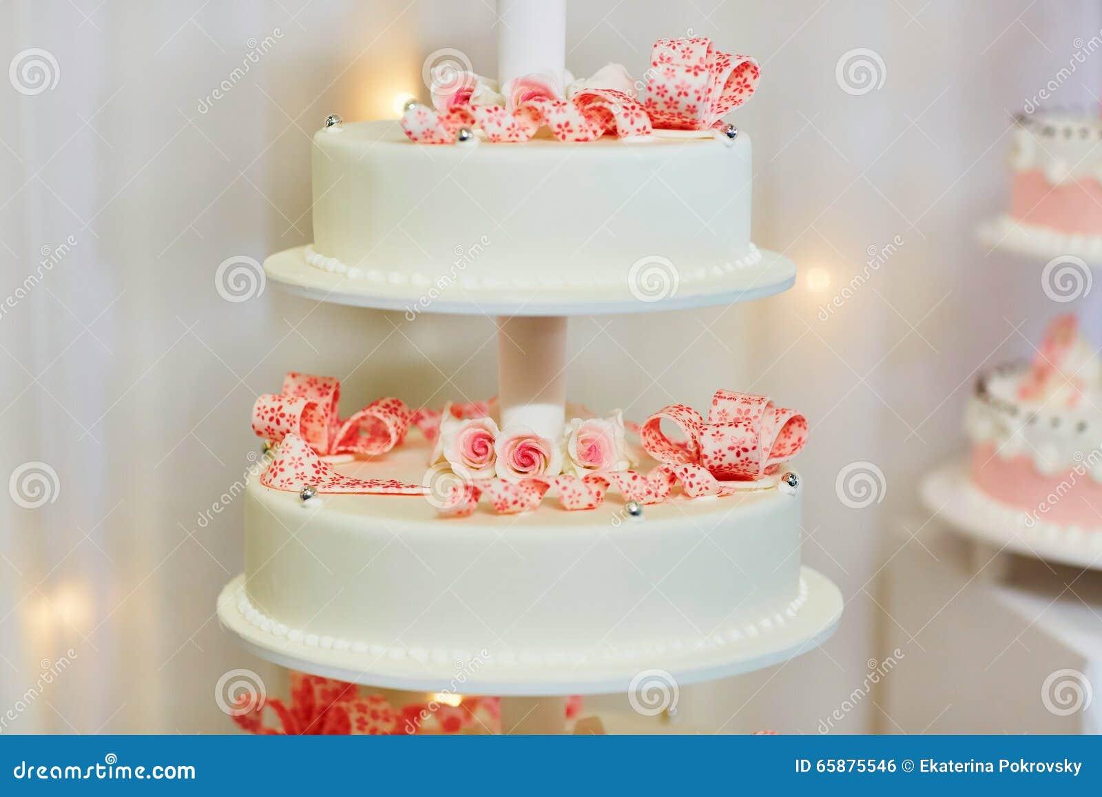 Weisse Hochzeitstorte Verziert Mit Rosa Rosen Stockfoto Bild Von