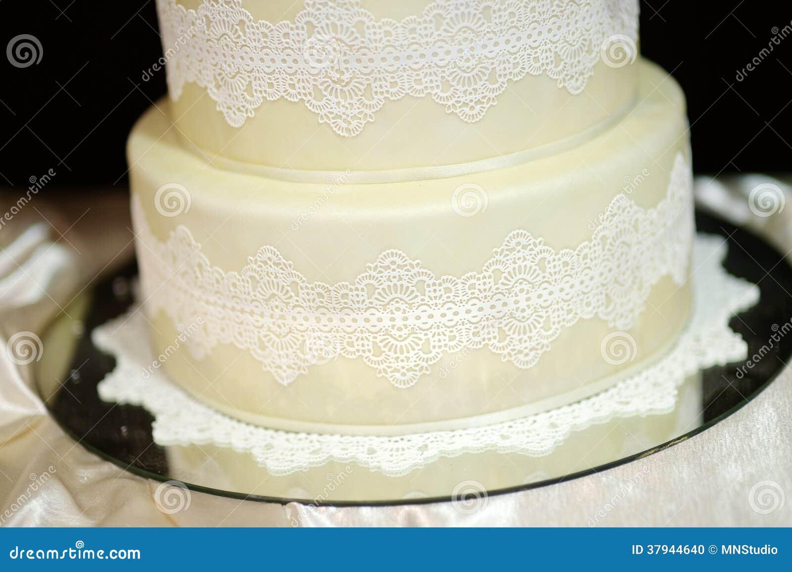 Weisse Hochzeitstorte Verziert Mit Weisser Spitze Stockfoto Bild Von