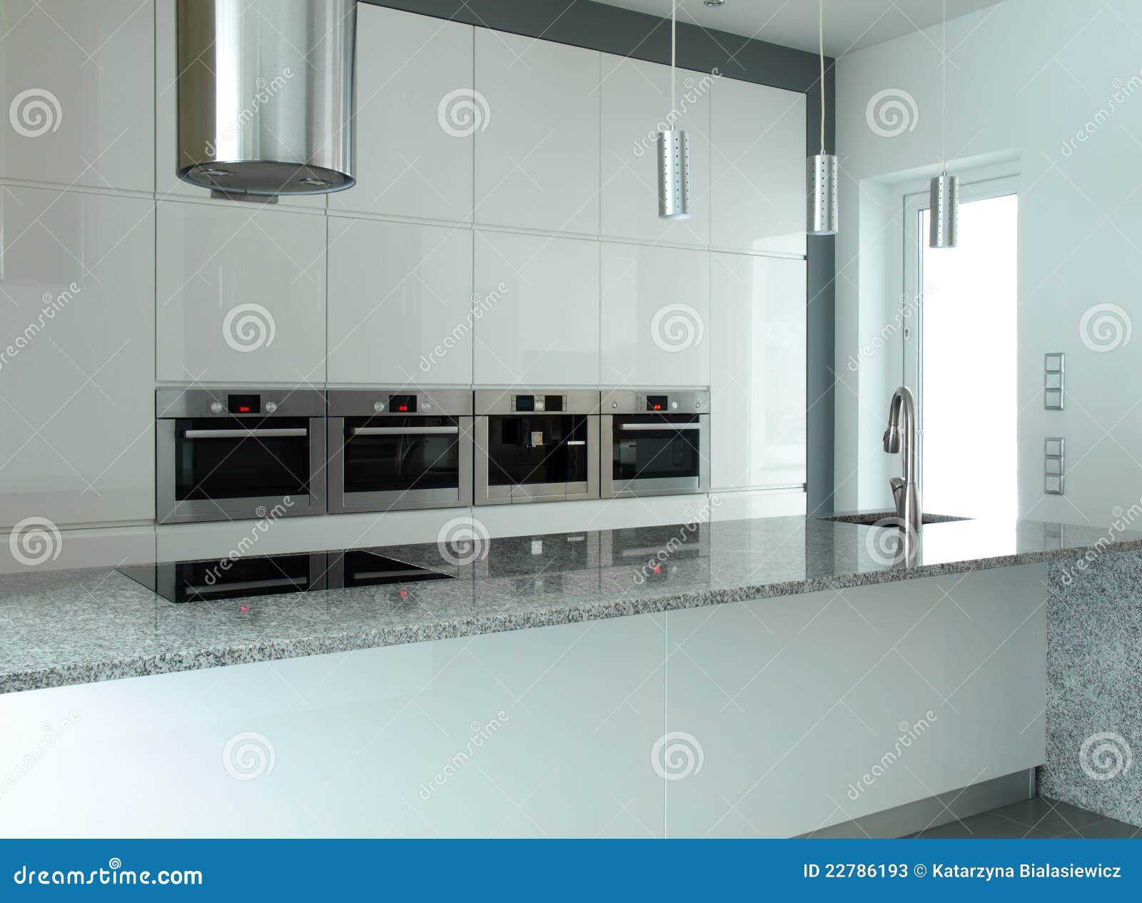 Weiße küche mit eingebauten geräten