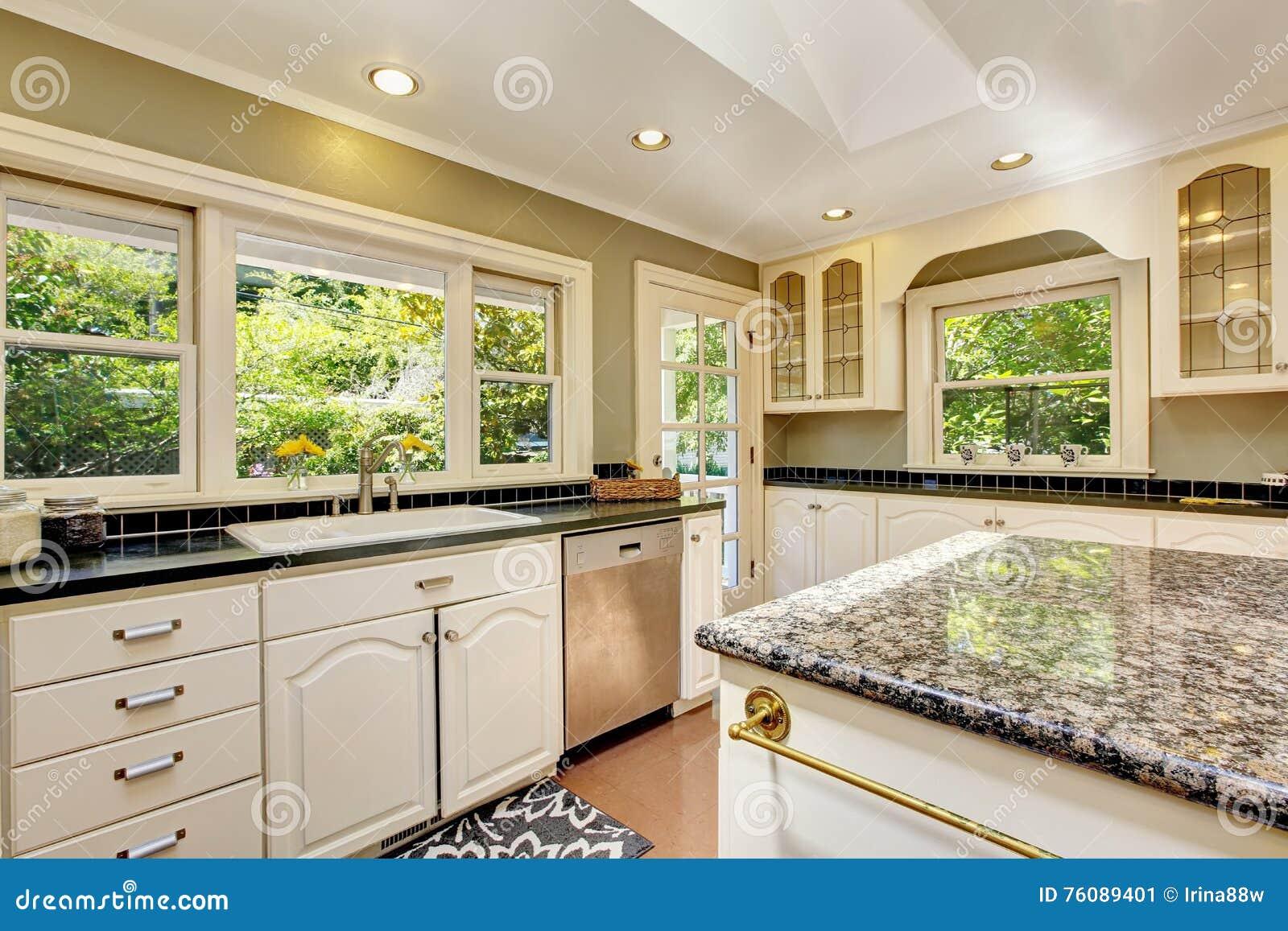 Weiße Küche Mit Granitoberteilen Kücheninsel Und -Fliesenboden ...