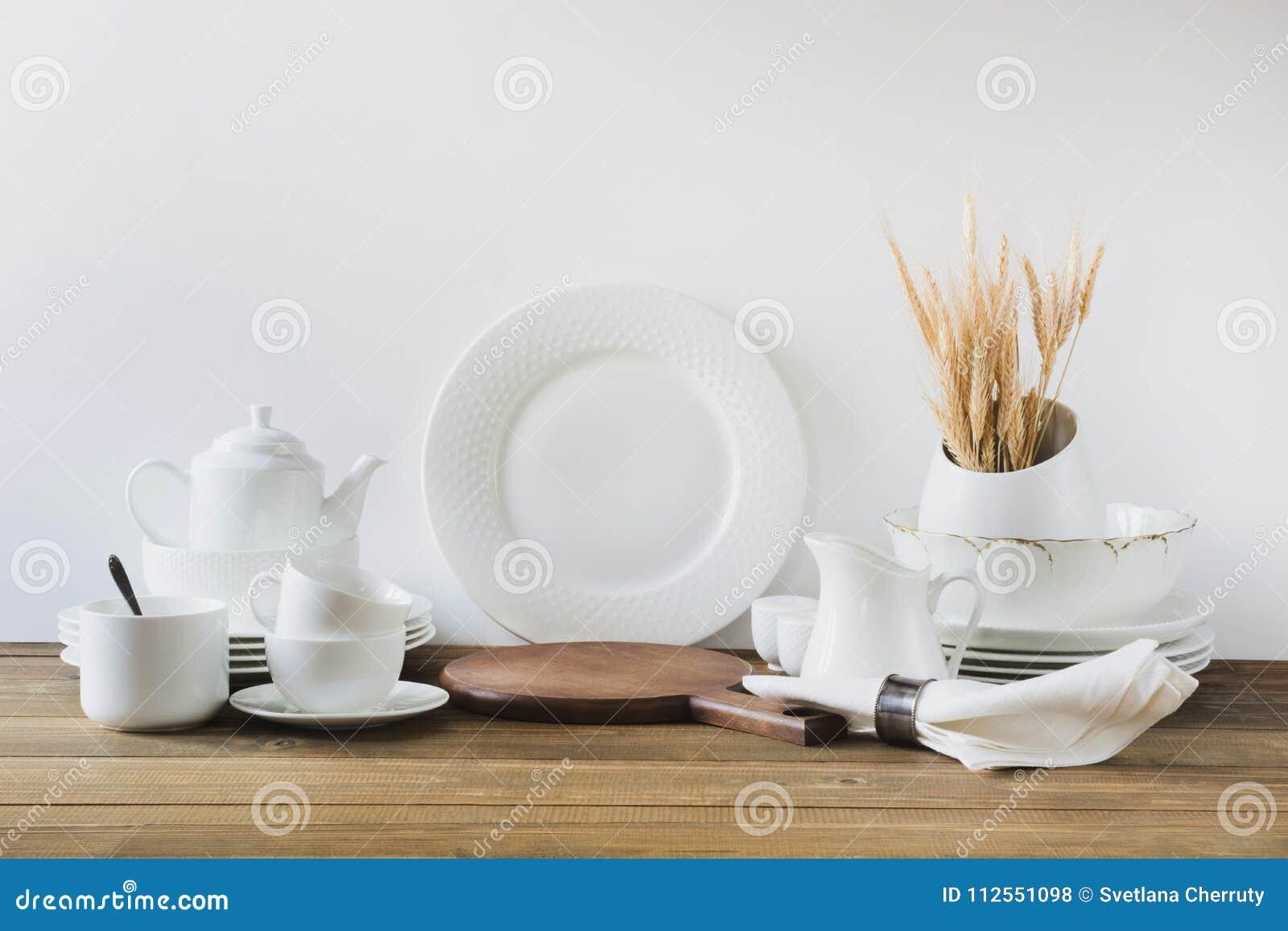 Weisse Kuchengerate Dishware Und Anderes Unterschiedliches Weisses Material Fur Das Dienen Auf Weissem Holzernem Brett Stockfoto Bild Von Auslegung Dose 112551098