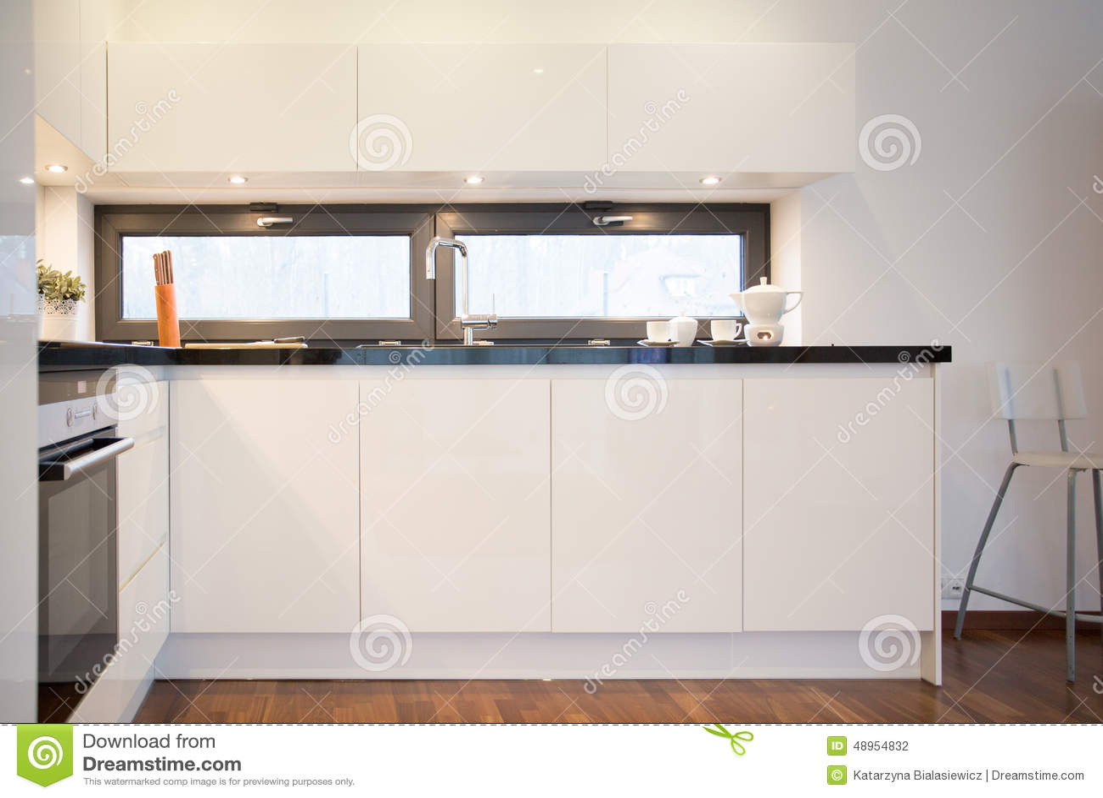 Weisse Kuchenschranke Stockfoto Bild Von Prestige Schr 48954832