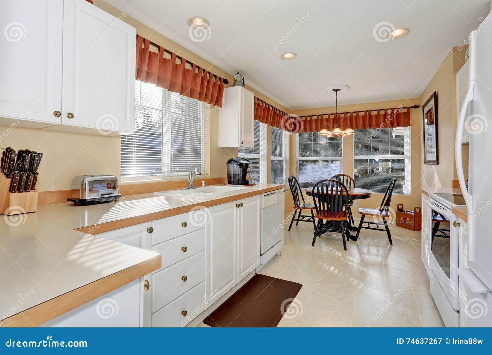 Weisse Kuchenschranke Mit Stahlgeraten Und Fliesenboden Stockbild