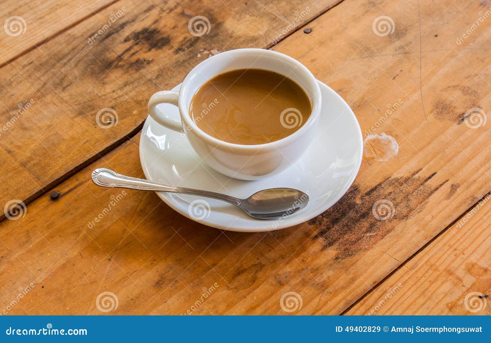 Download Weiße Kaffeetasse stockbild. Bild von hintergrund, hölzern - 49402829