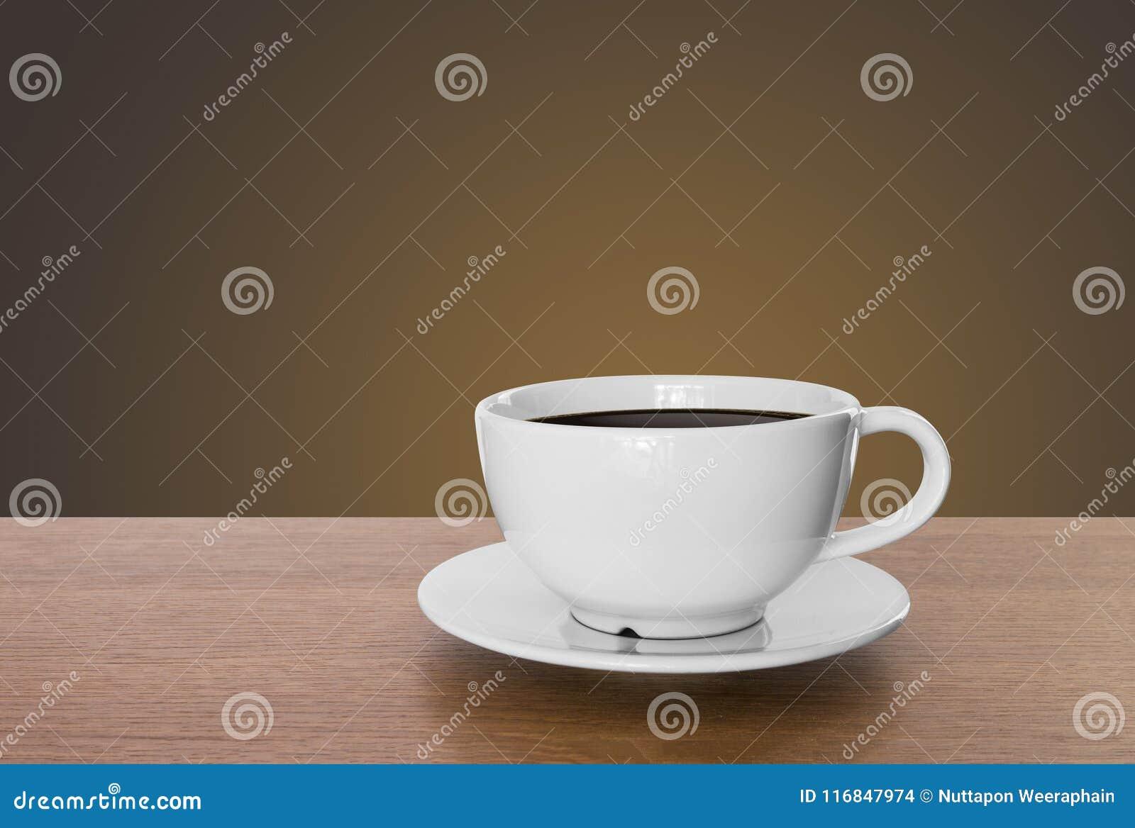 Weiße Kaffeetasse und heißer Espressokaffee auf Holztisch braun