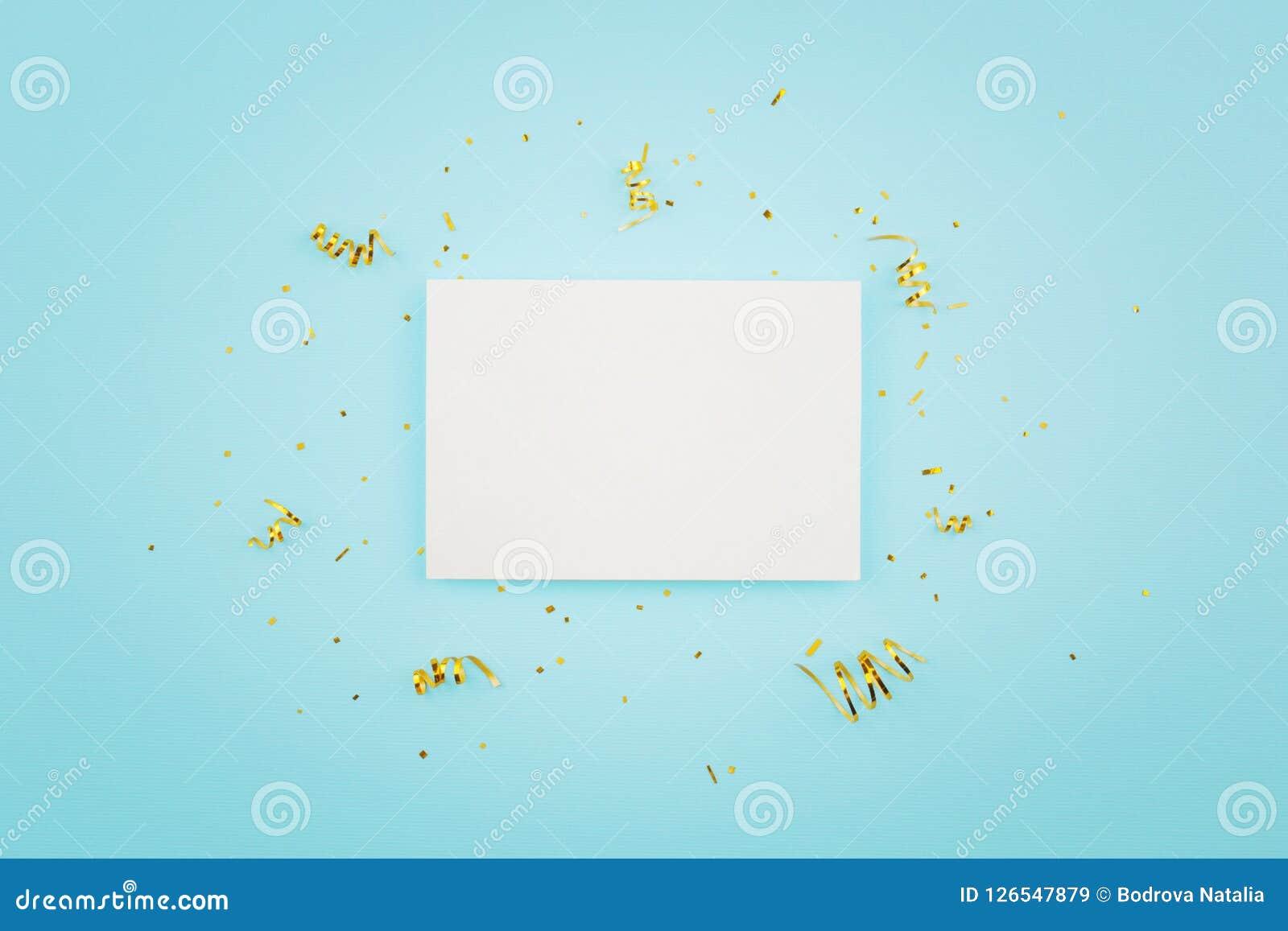 Weiße Karte auf einem blauen Hintergrund Goldkonfettis freier Raum für Postkarte für Geburtstag, Weihnachten, neues Jahr, Feier
