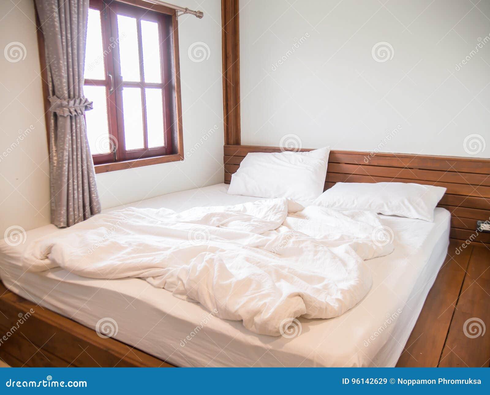 Weiße Kissen Auf Dem Bett Und Einer Unordentlichen Decke Im ...