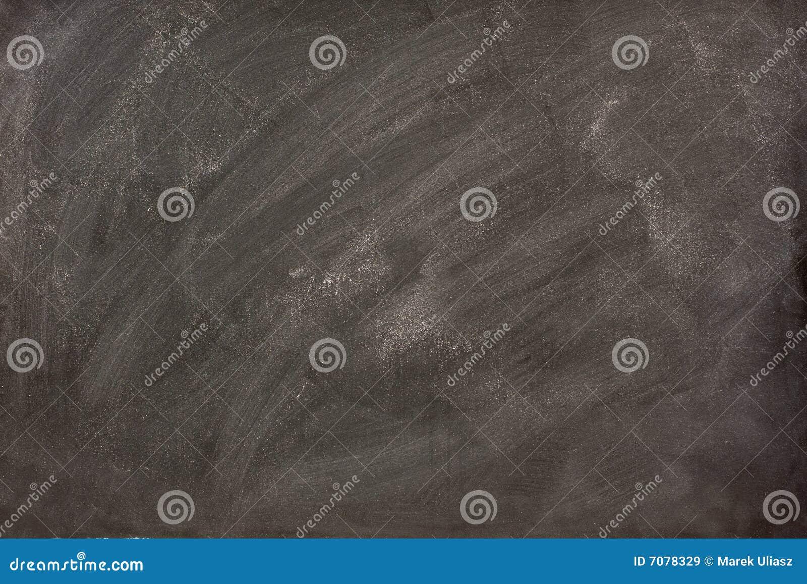 Weiße Kreideschmierstellen auf einer Tafel