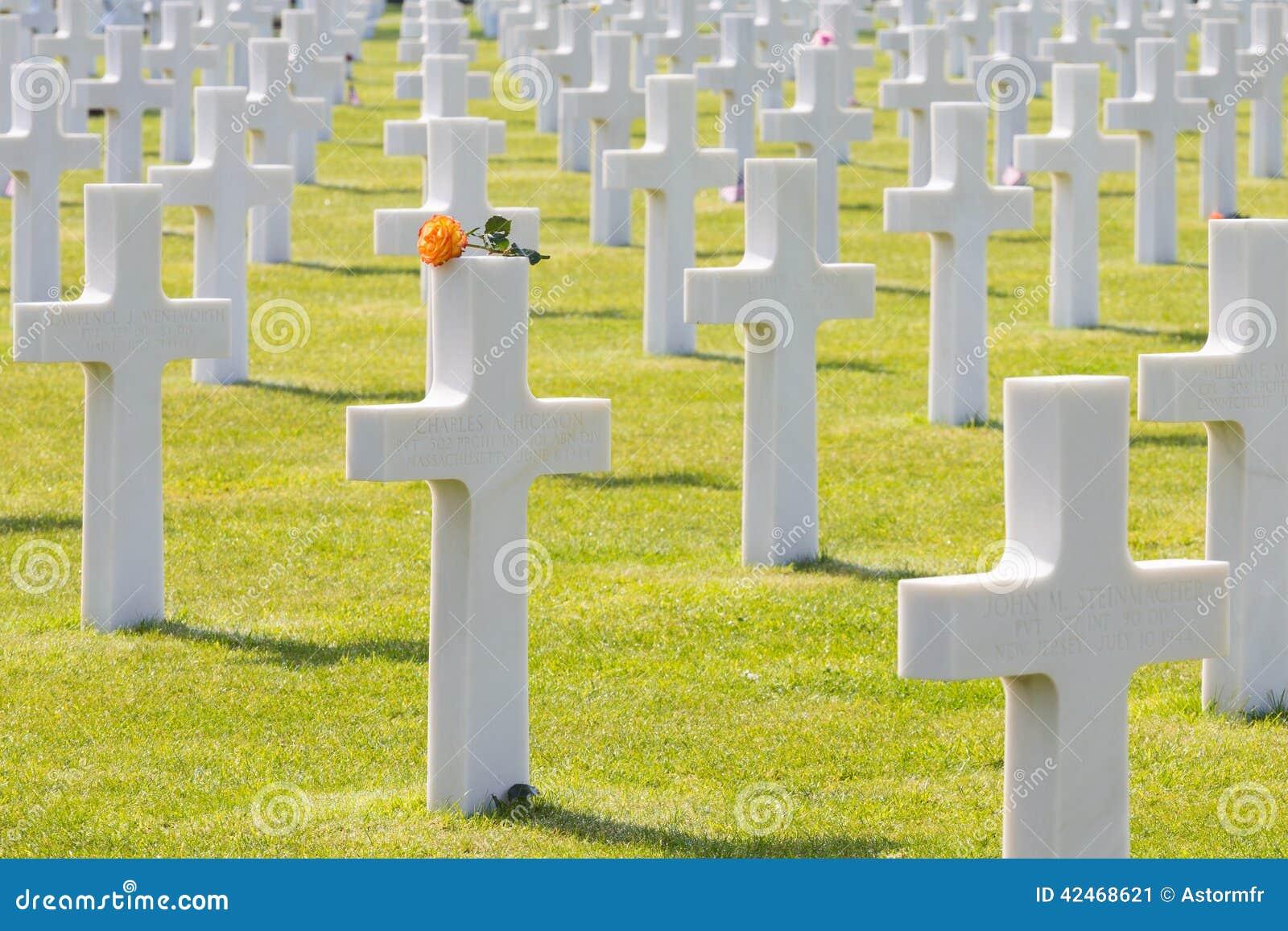 Weiße Kreuze des amerikanischen Kirchhofs und des Denkmals Normandies des Zweiten Weltkrieges