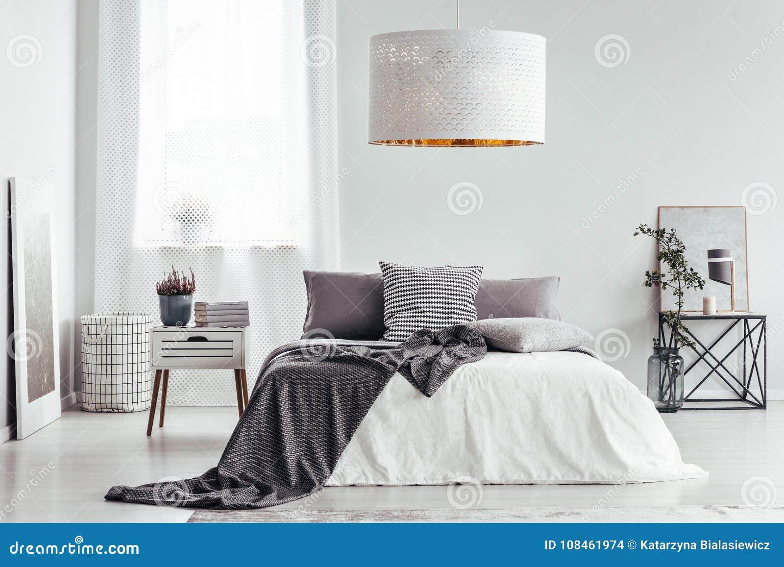 Weiße Lampe im hellen Schlafzimmer