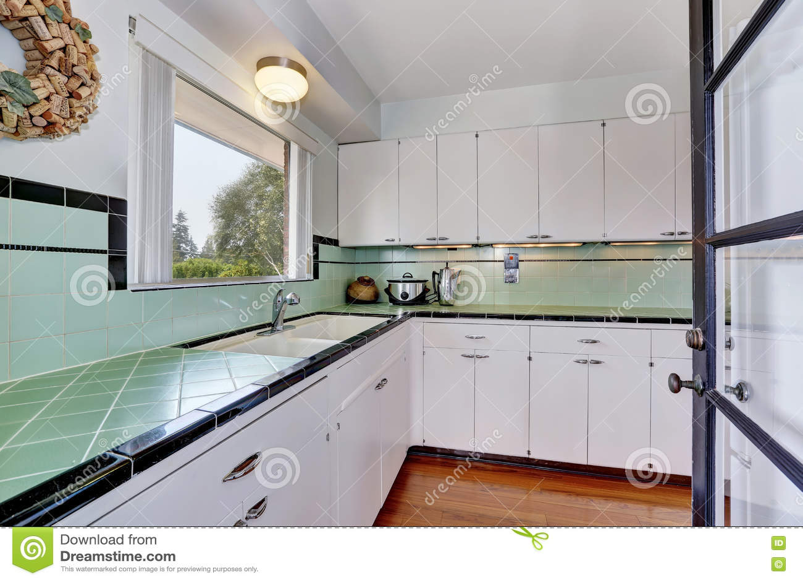 Weiße Leere Einfache Alte Küche Im Amerikanischen Haus Stockfoto ...