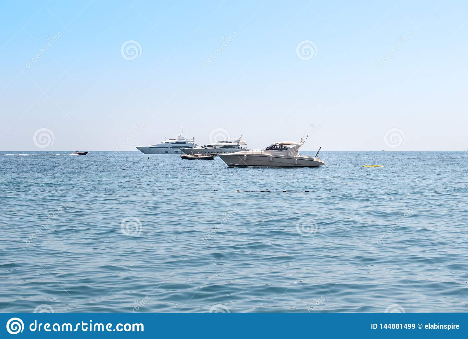 Weiße Luxusyachten, Motorboote, die in das Meer schwimmen oder Ozean Küsten-Luxusferien Italiens, Amalfi, Tourismus