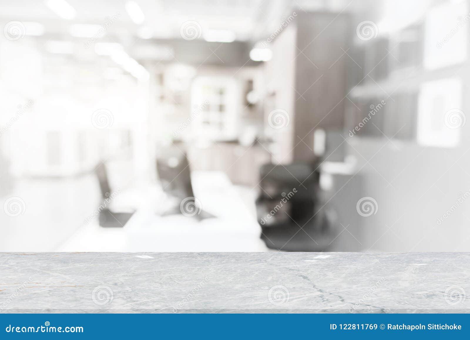 Weiße Marmortischplatte auf Unschärfekaffeestube
