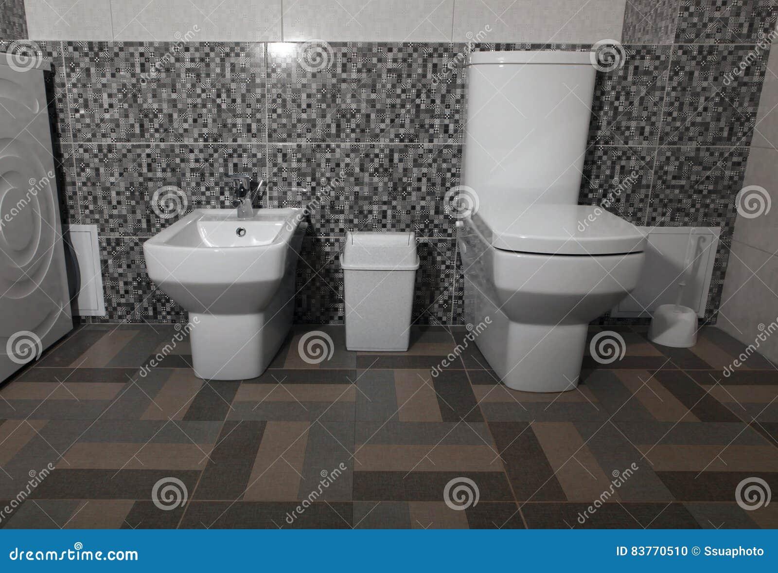 Weiße moderne toilette und bidet stockfoto bild von fußboden